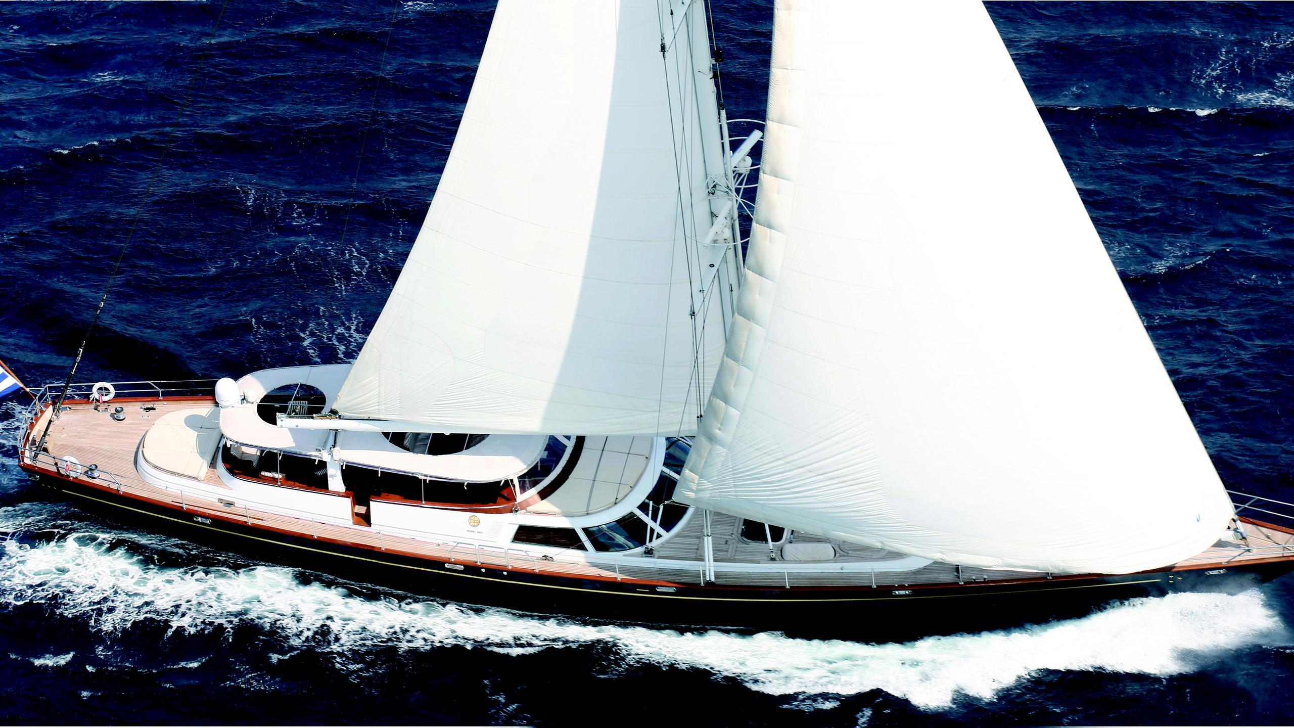 gitana-yacht-at-sea