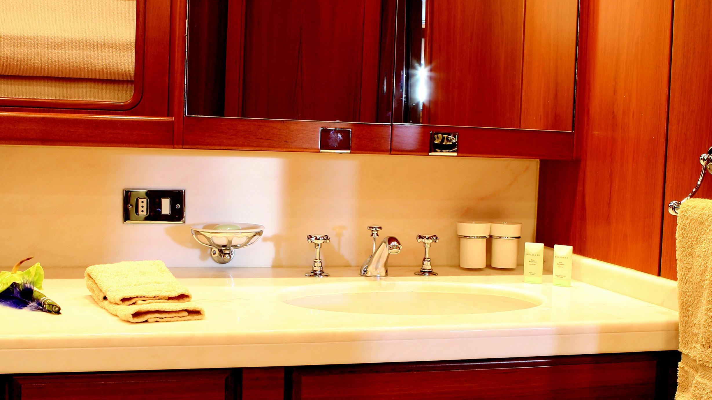 gitana-yacht-bathroom