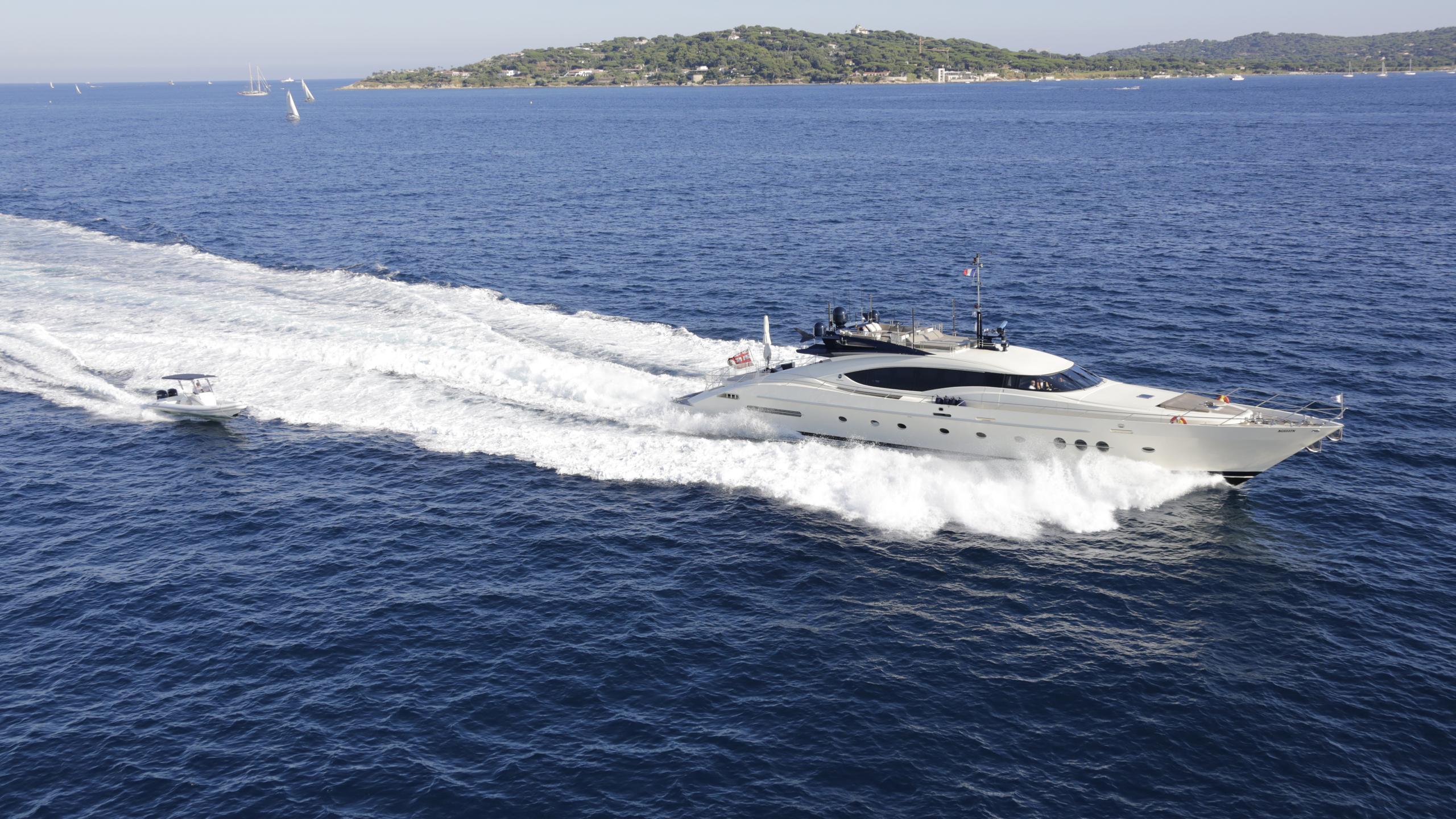 vanquish-yacht-cruising