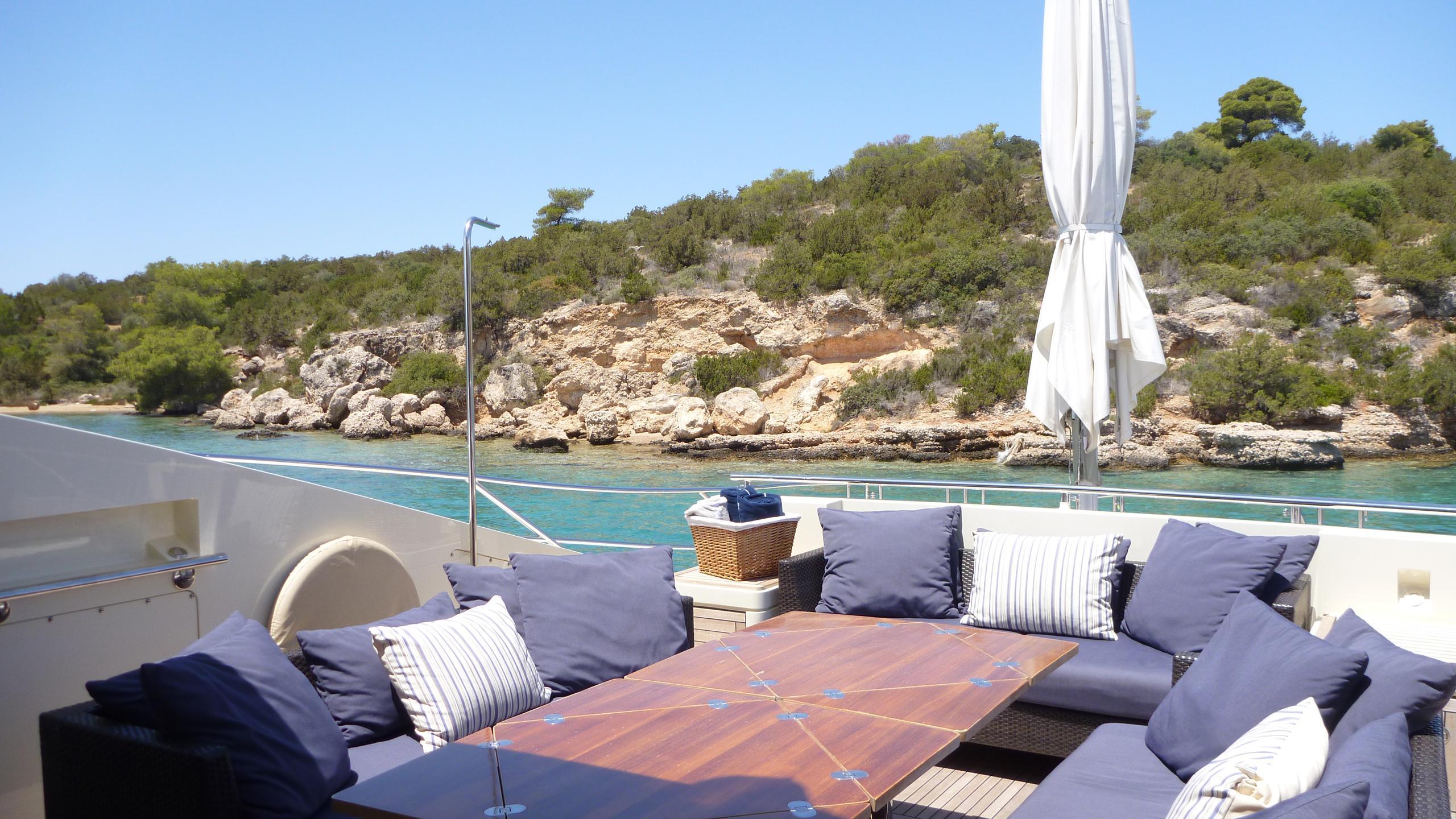 vanquish-yacht-aft-deck