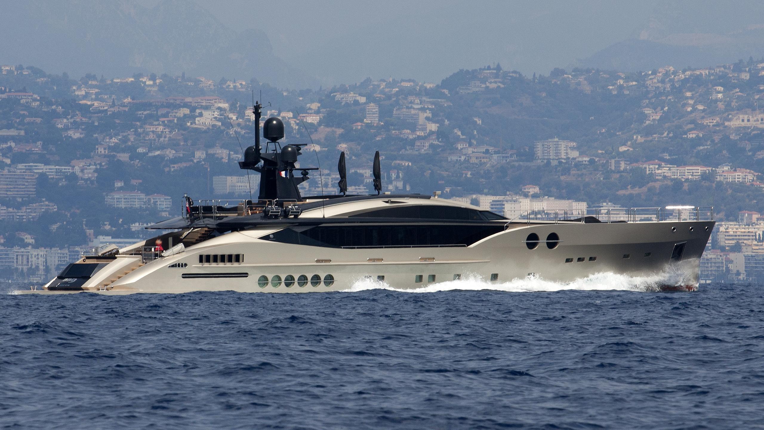 db9-yacht-exterior