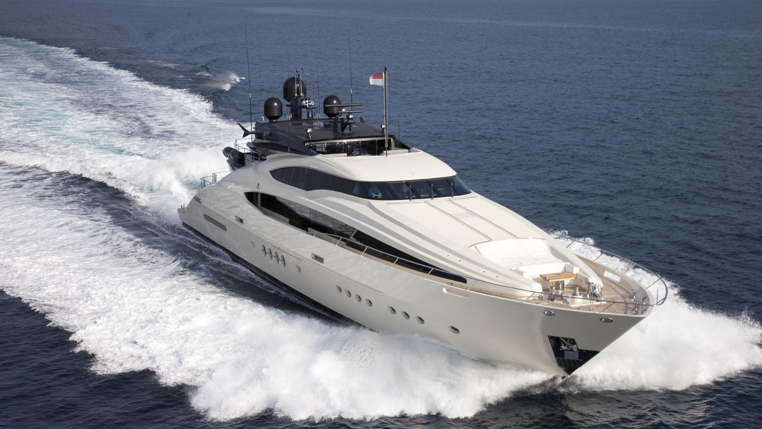 vantage-yacht-cruising