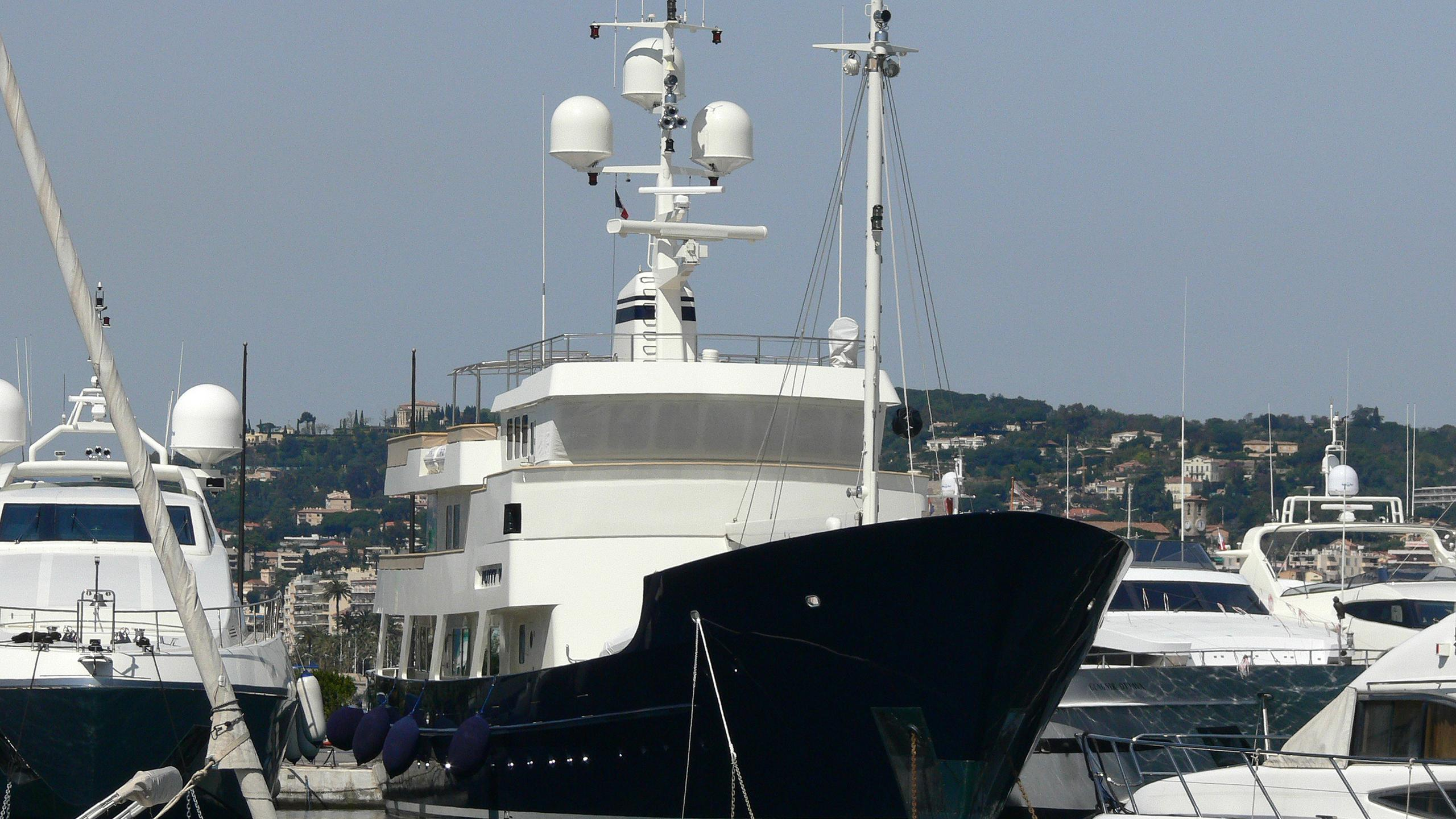 dione-sky-yacht-exterior