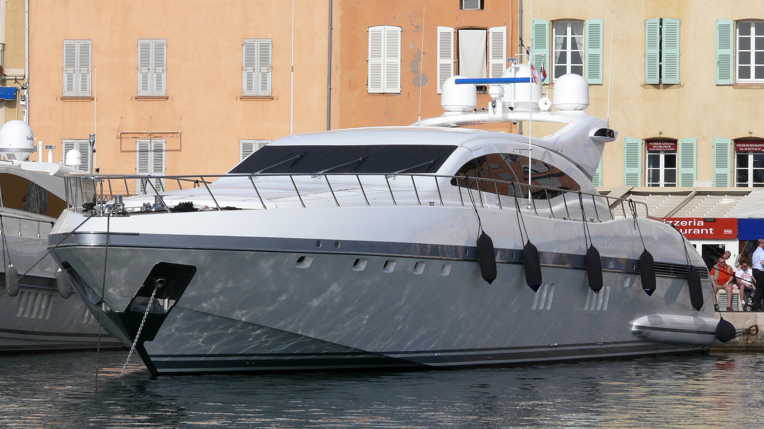 mosking-yacht-exterior