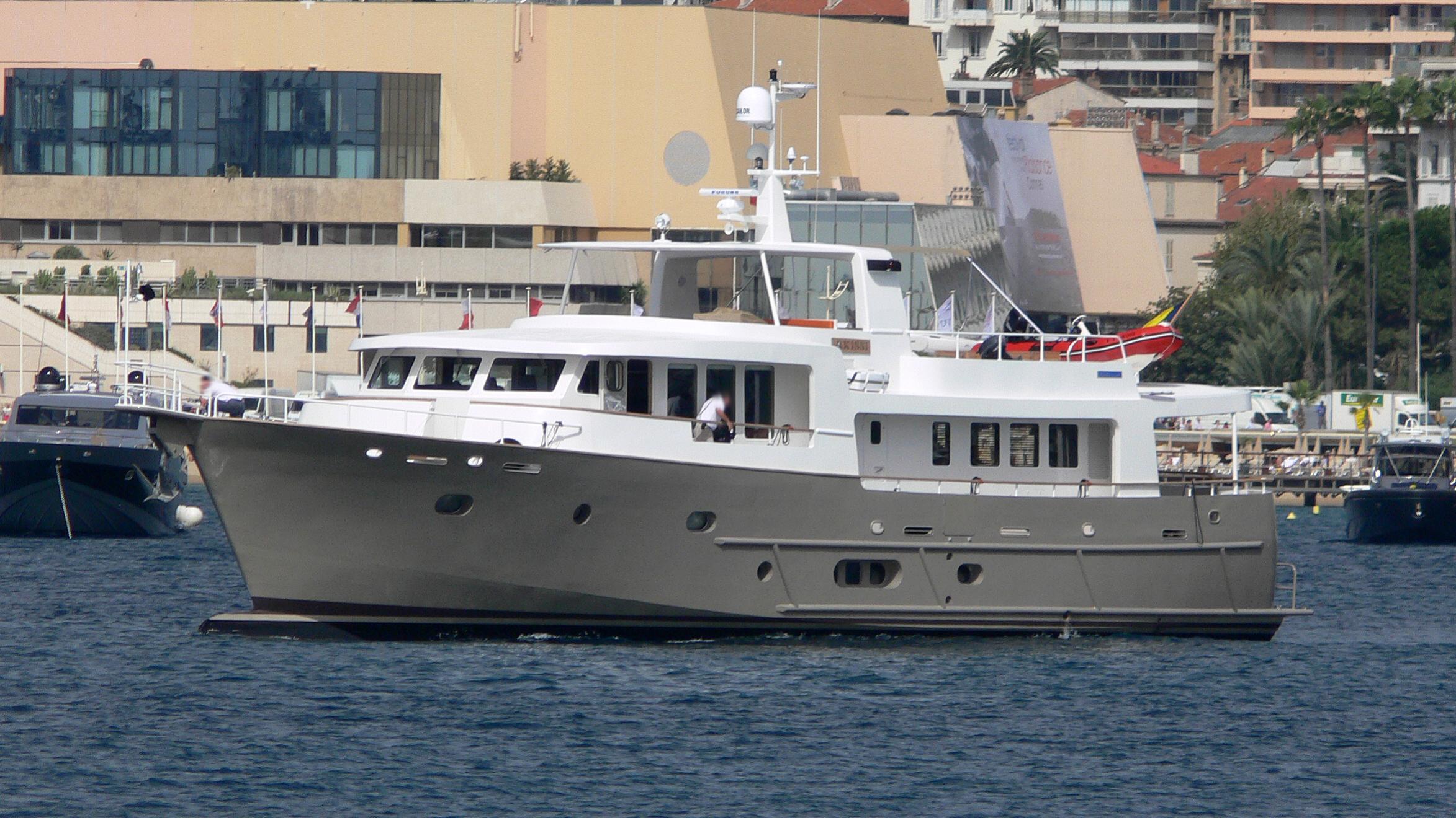 akissi-yacht-exterior