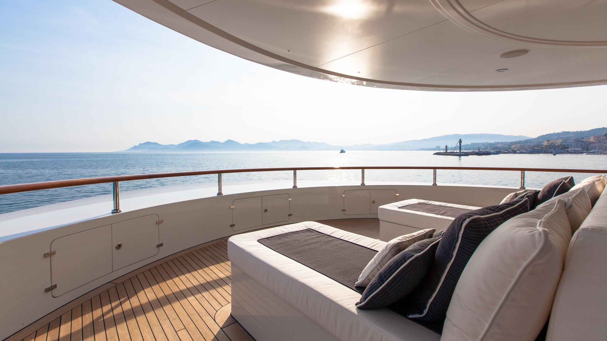 pride-yacht-sun-lounge