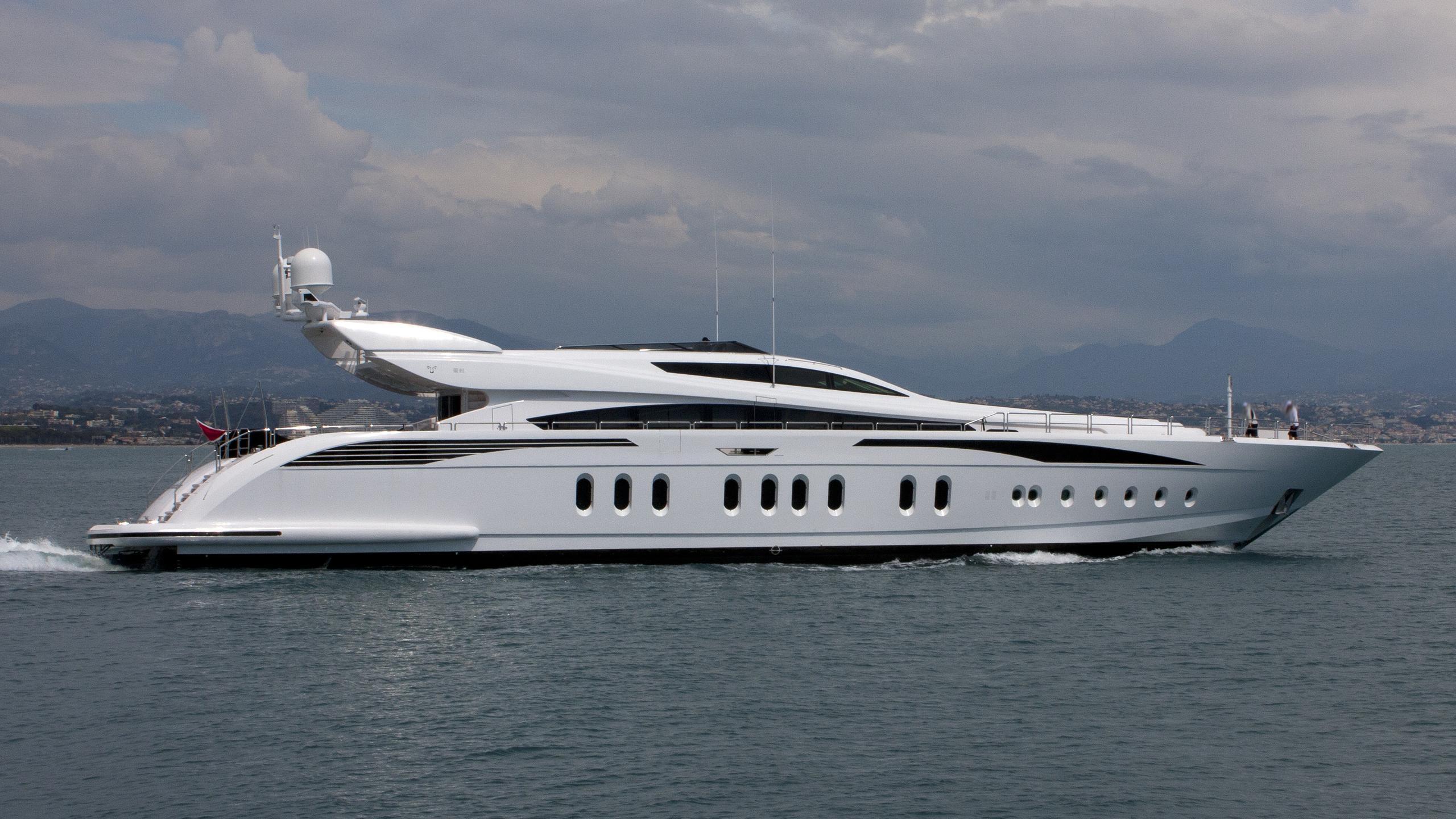 lisa-iv-yacht-exterior