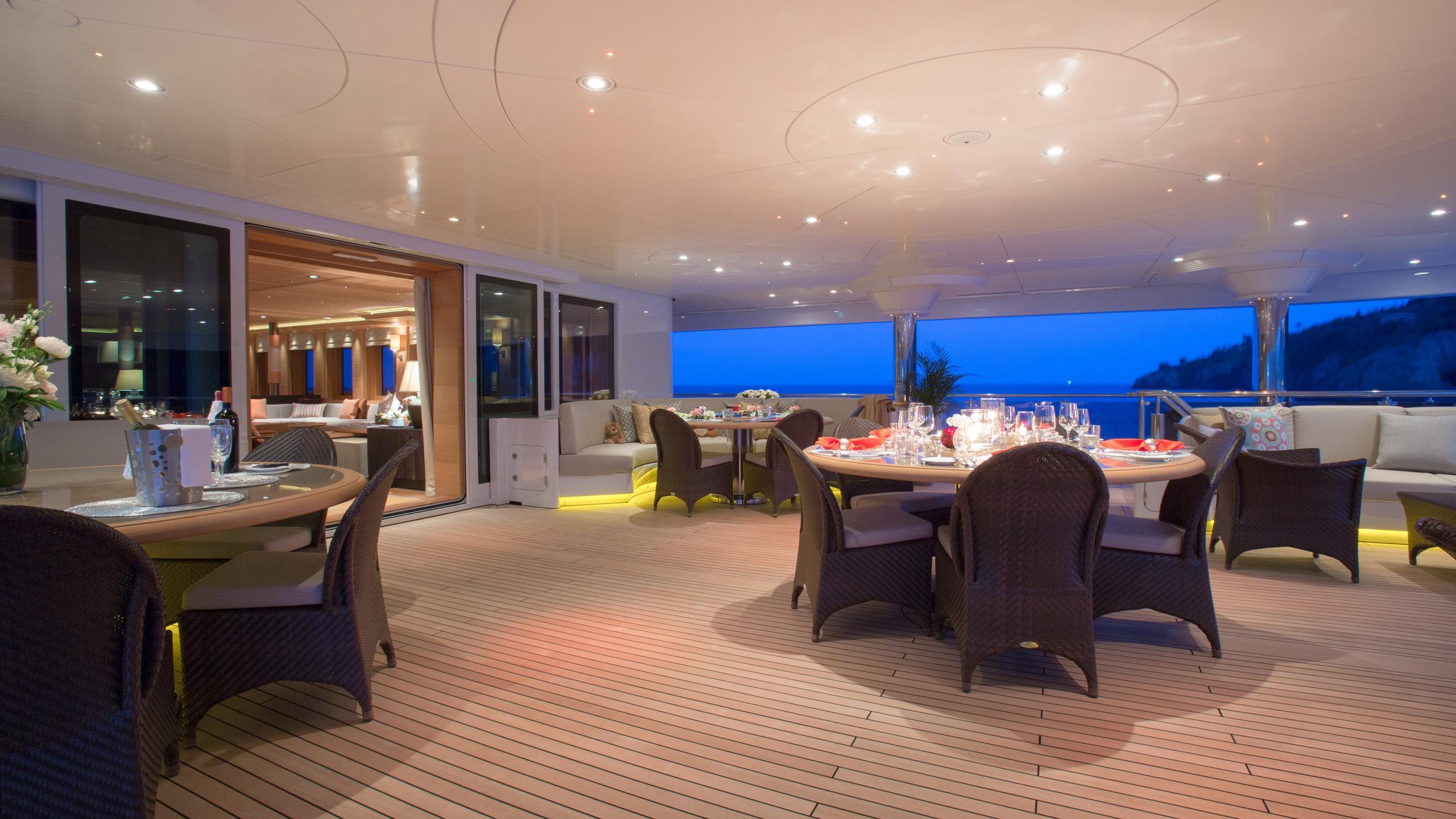 naia-yacht-aft-dining