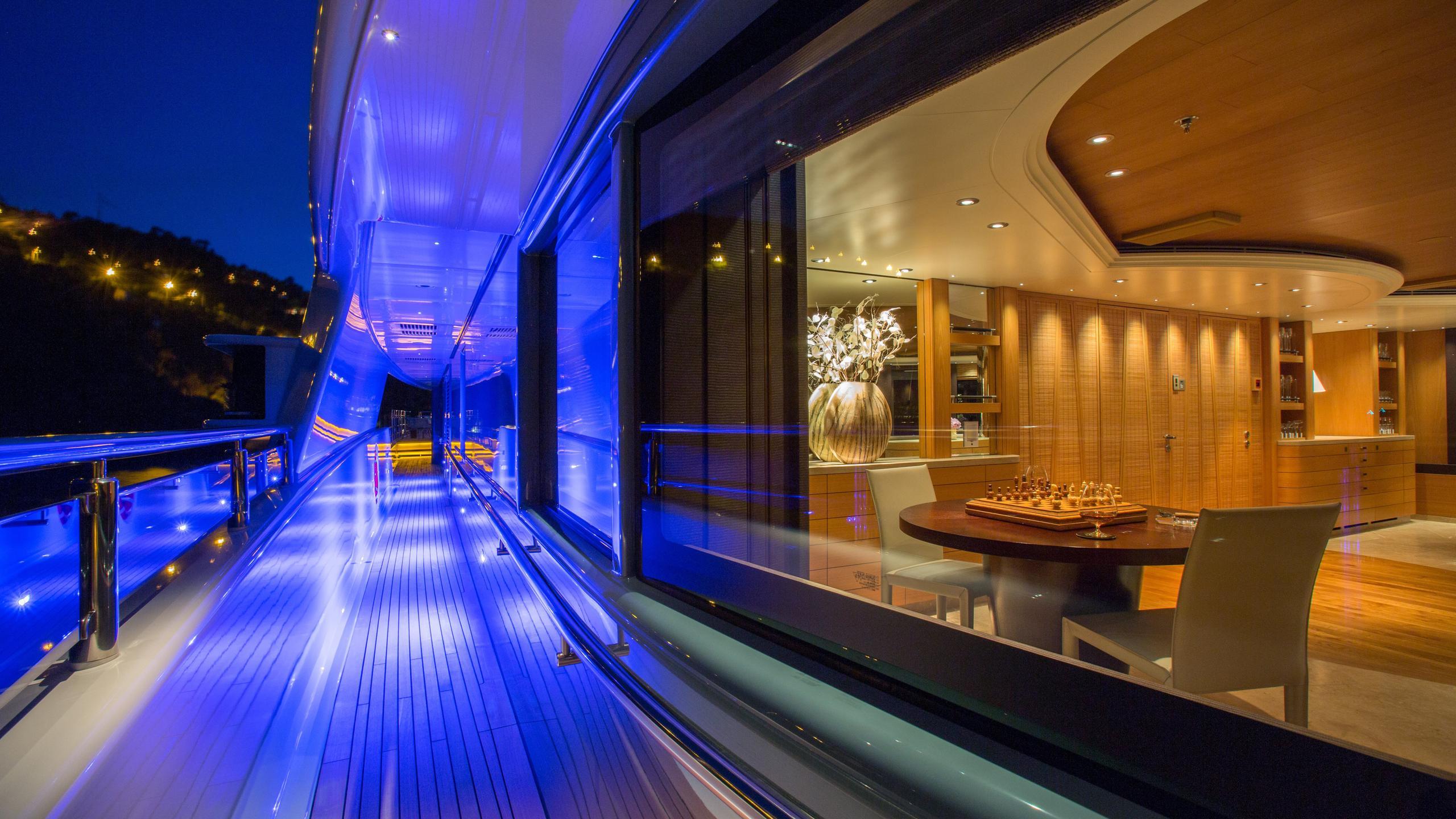 naia-yacht-side-deck