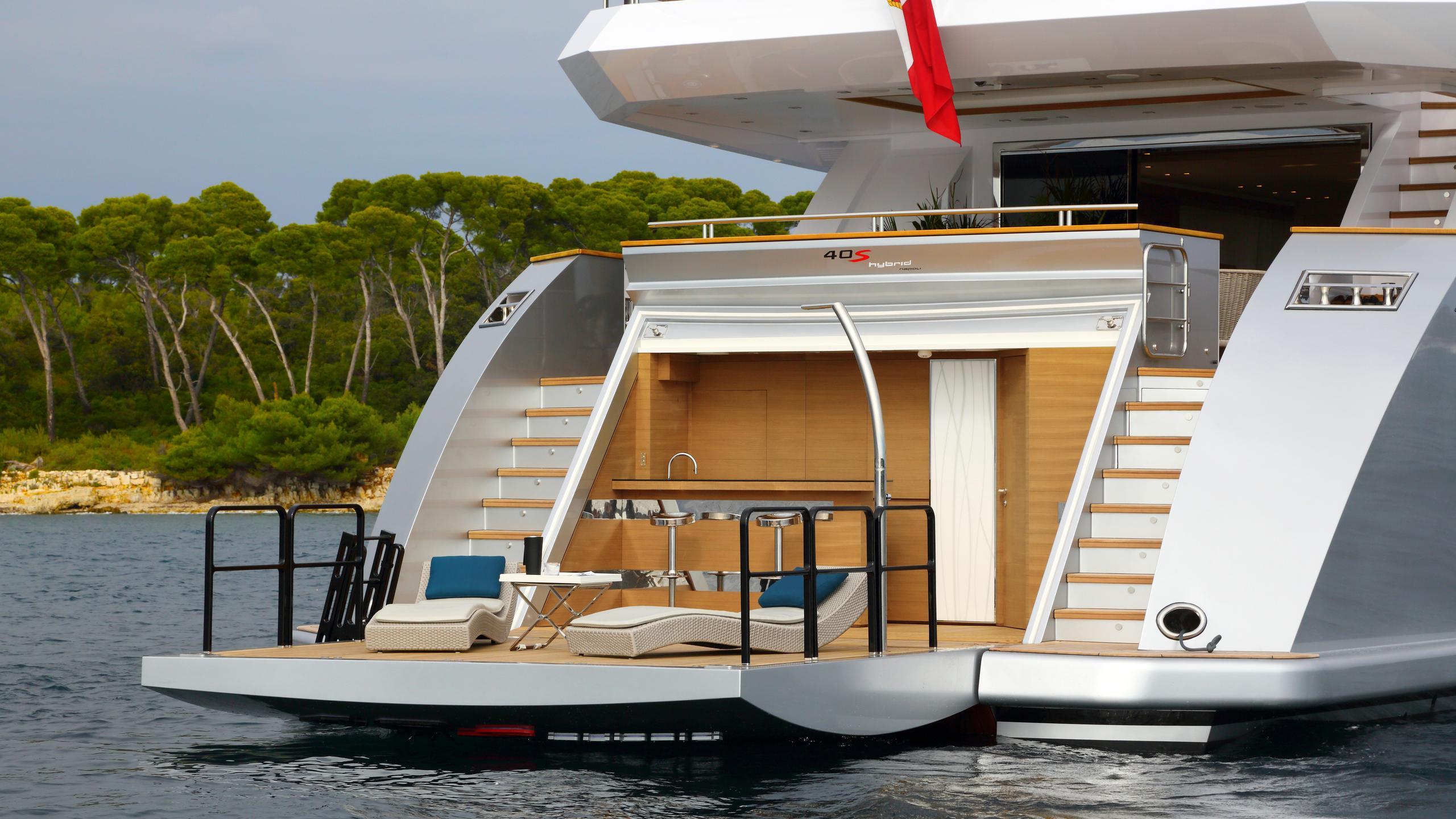columbus-40S-hybrid-yacht-beach-club