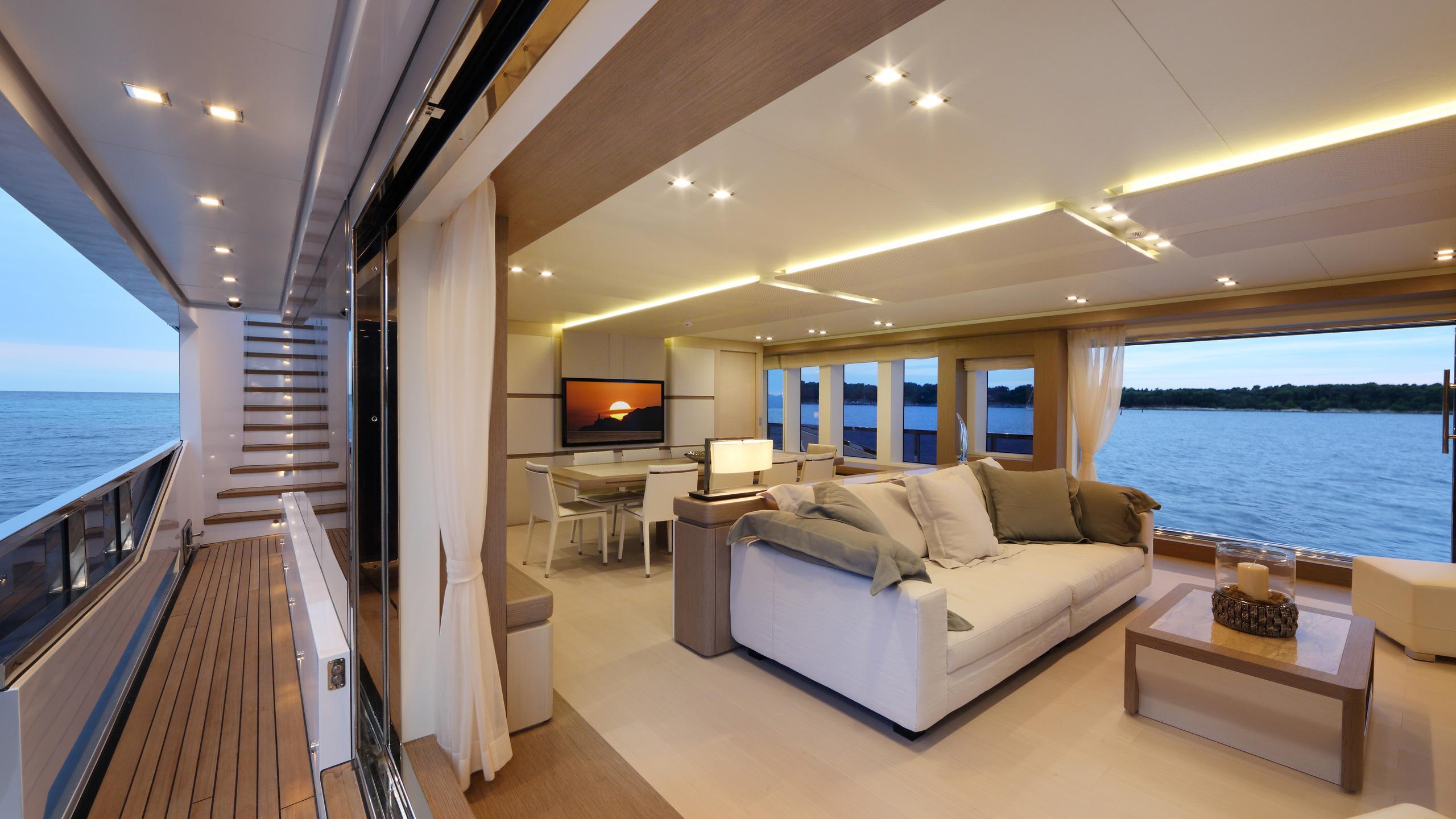 columbus-40S-hybrid-yacht-side-deck
