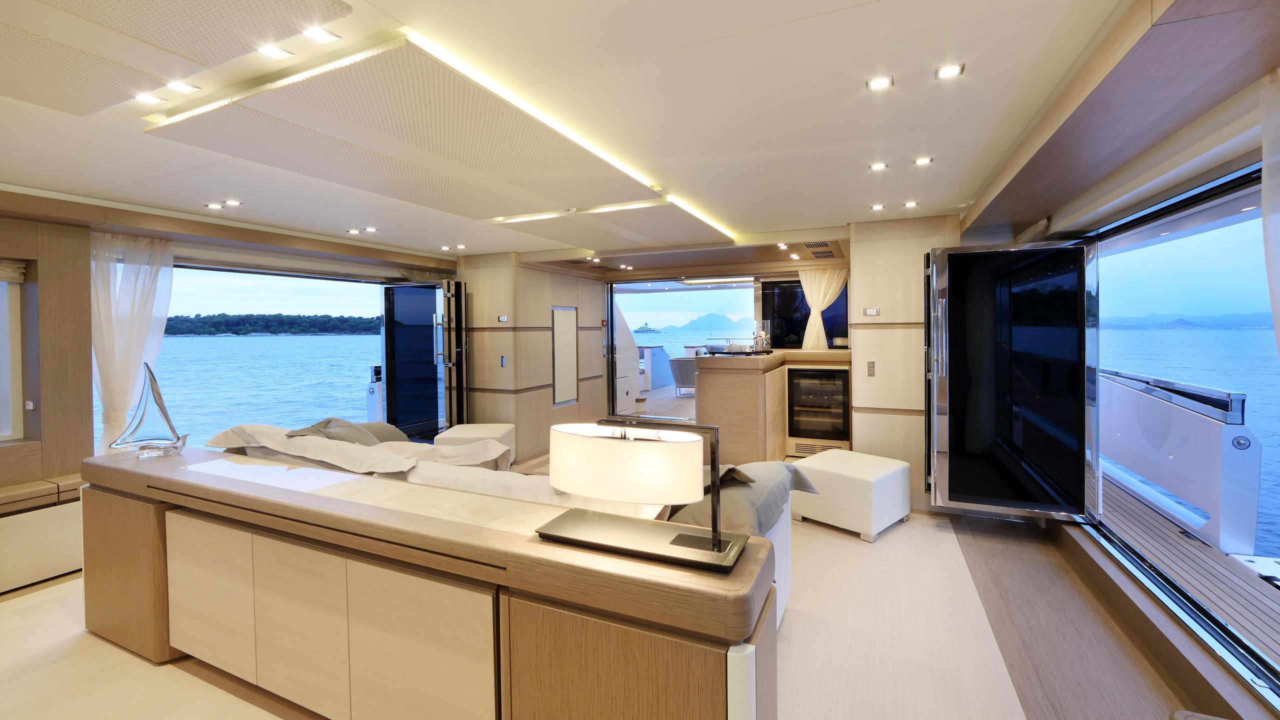 columbus-40S-hybrid-yacht-saloon