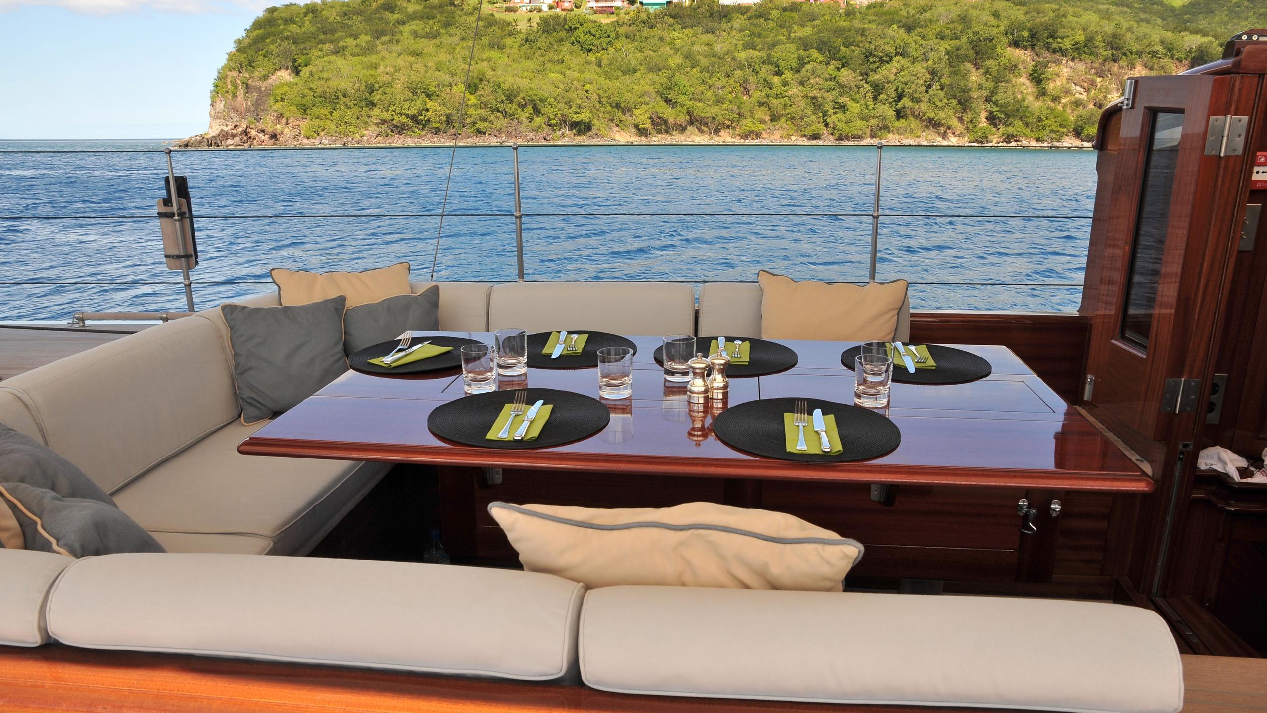 Rainbow-yacht-aft-dining