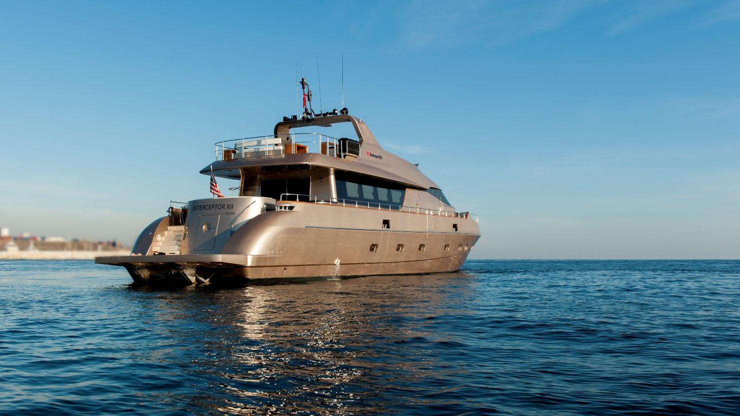 interceptor-xii-yacht-stern