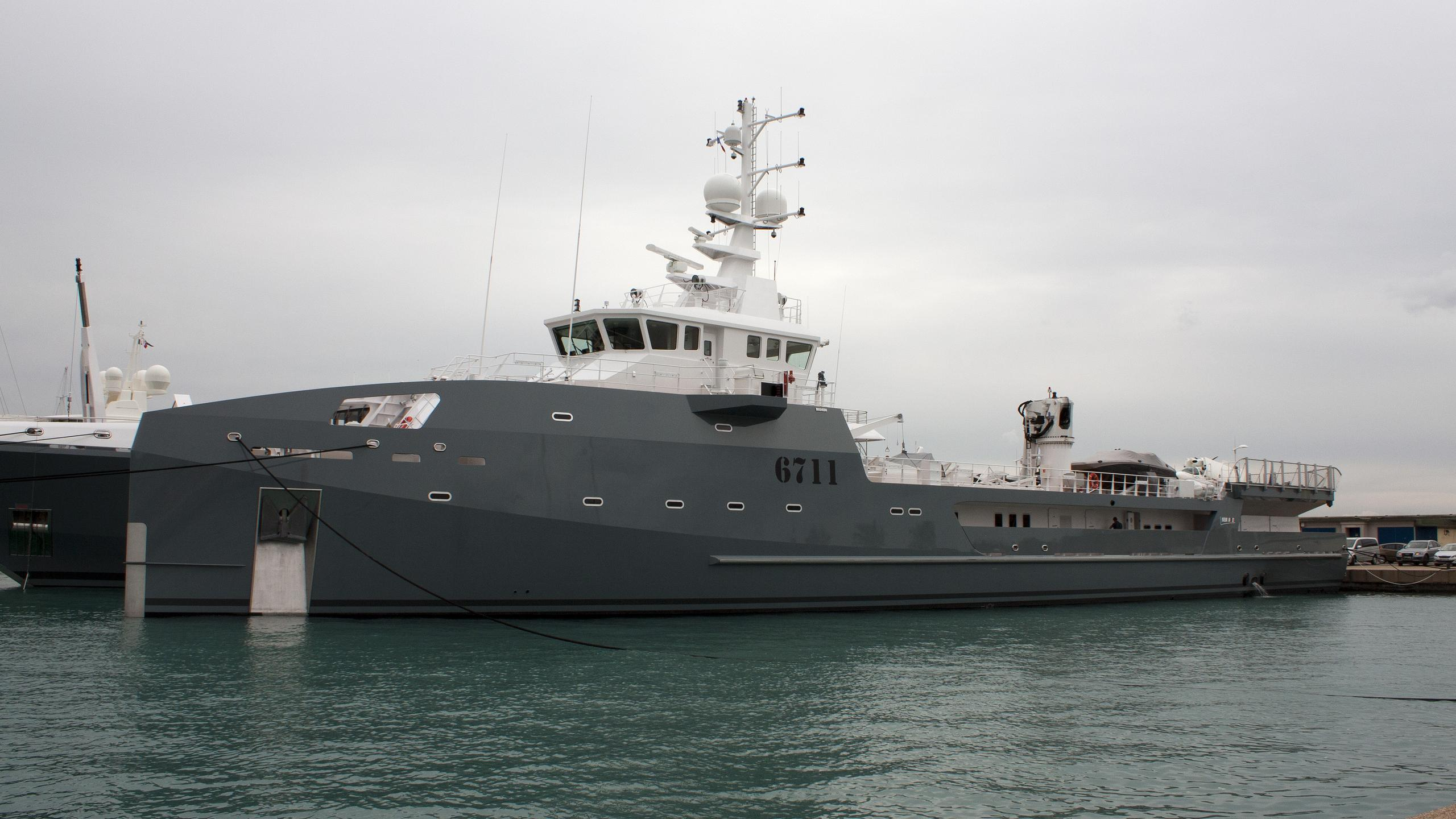 6711-yacht-exterior