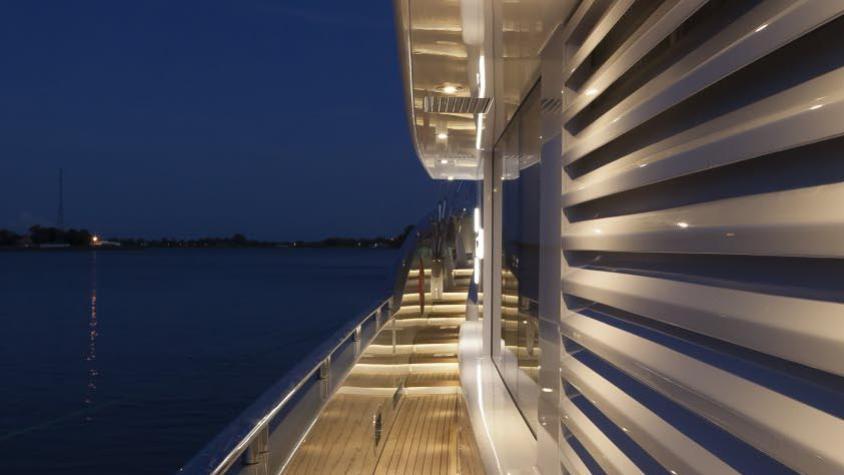 conrad-115-yacht--side-deck