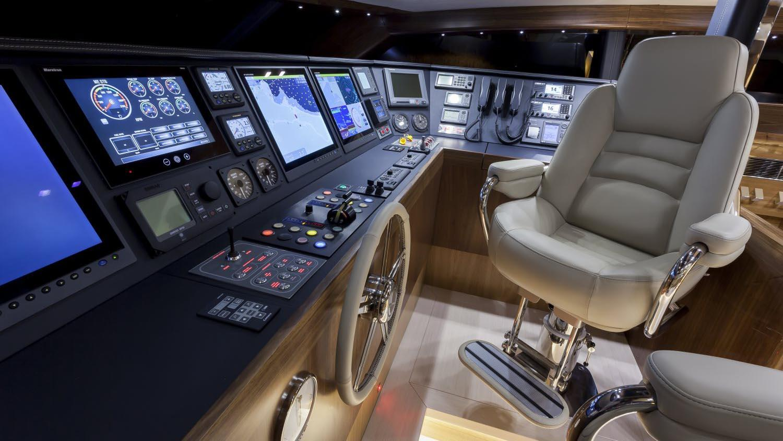 conrad-115-yacht-helm