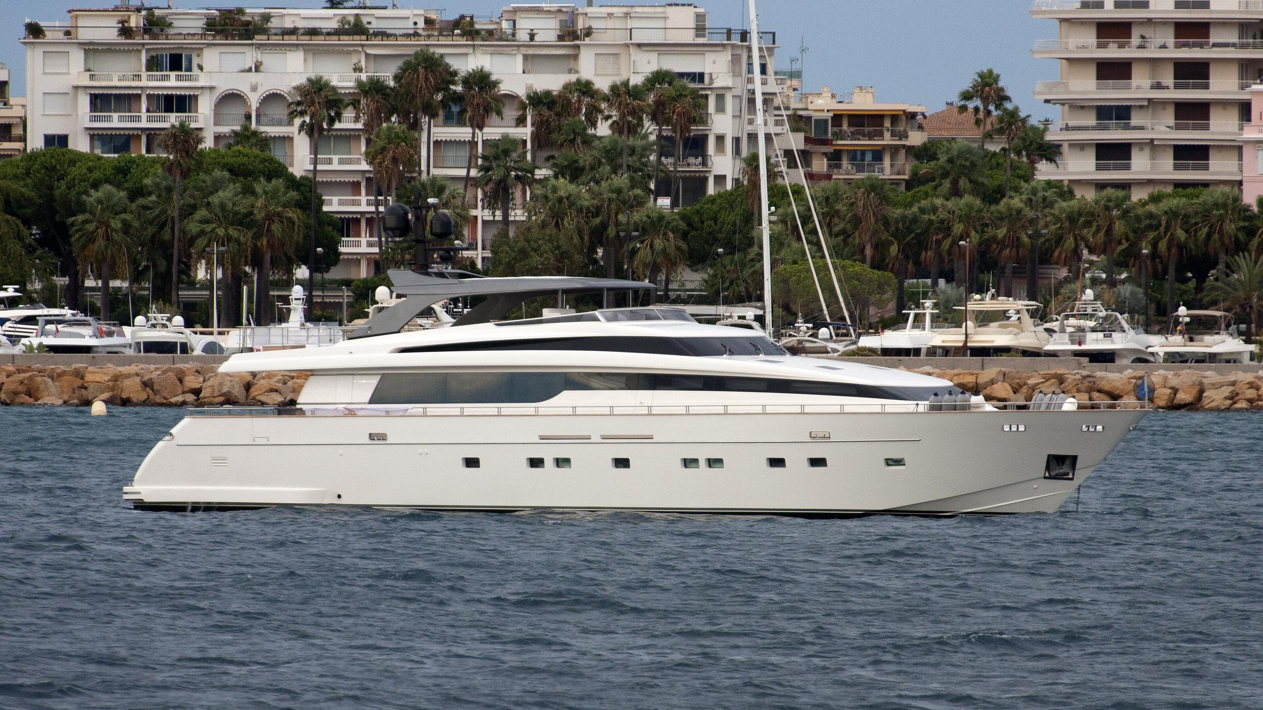 regine-yacht-exterior