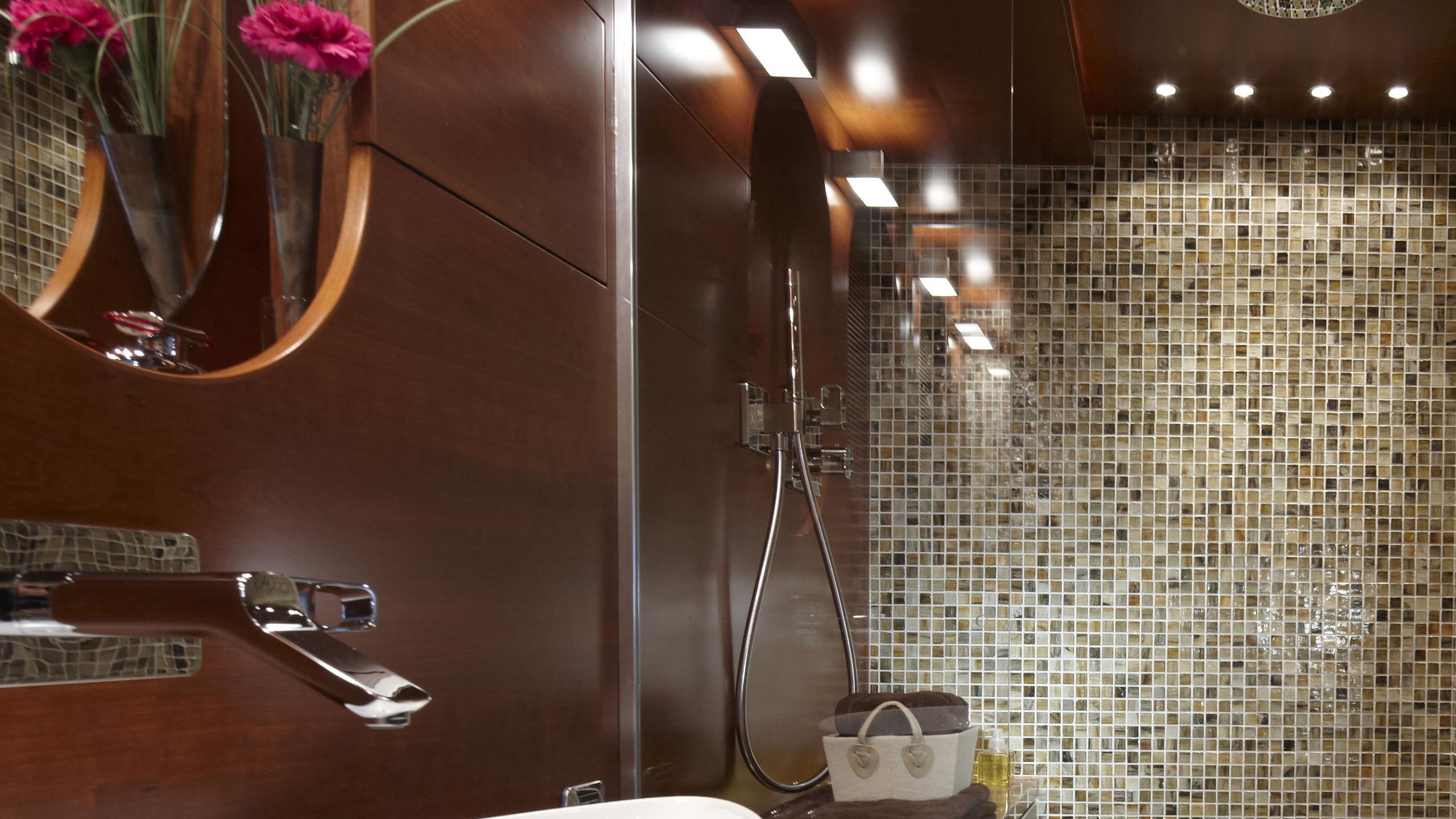 sofia-ii-yacht-bathroom