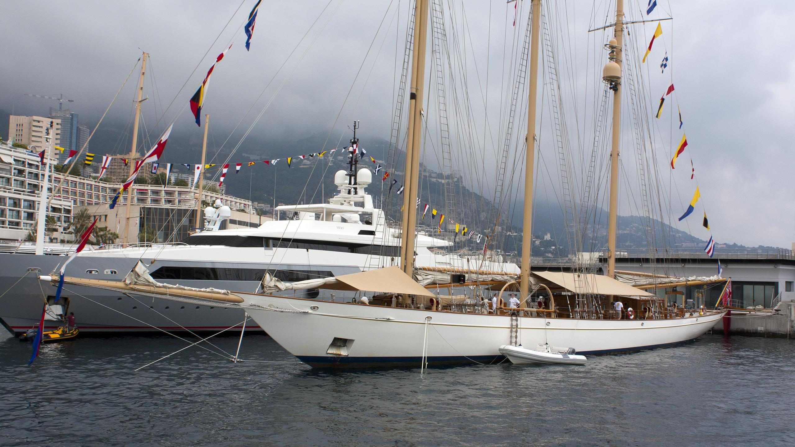 adix-yacht-exterior