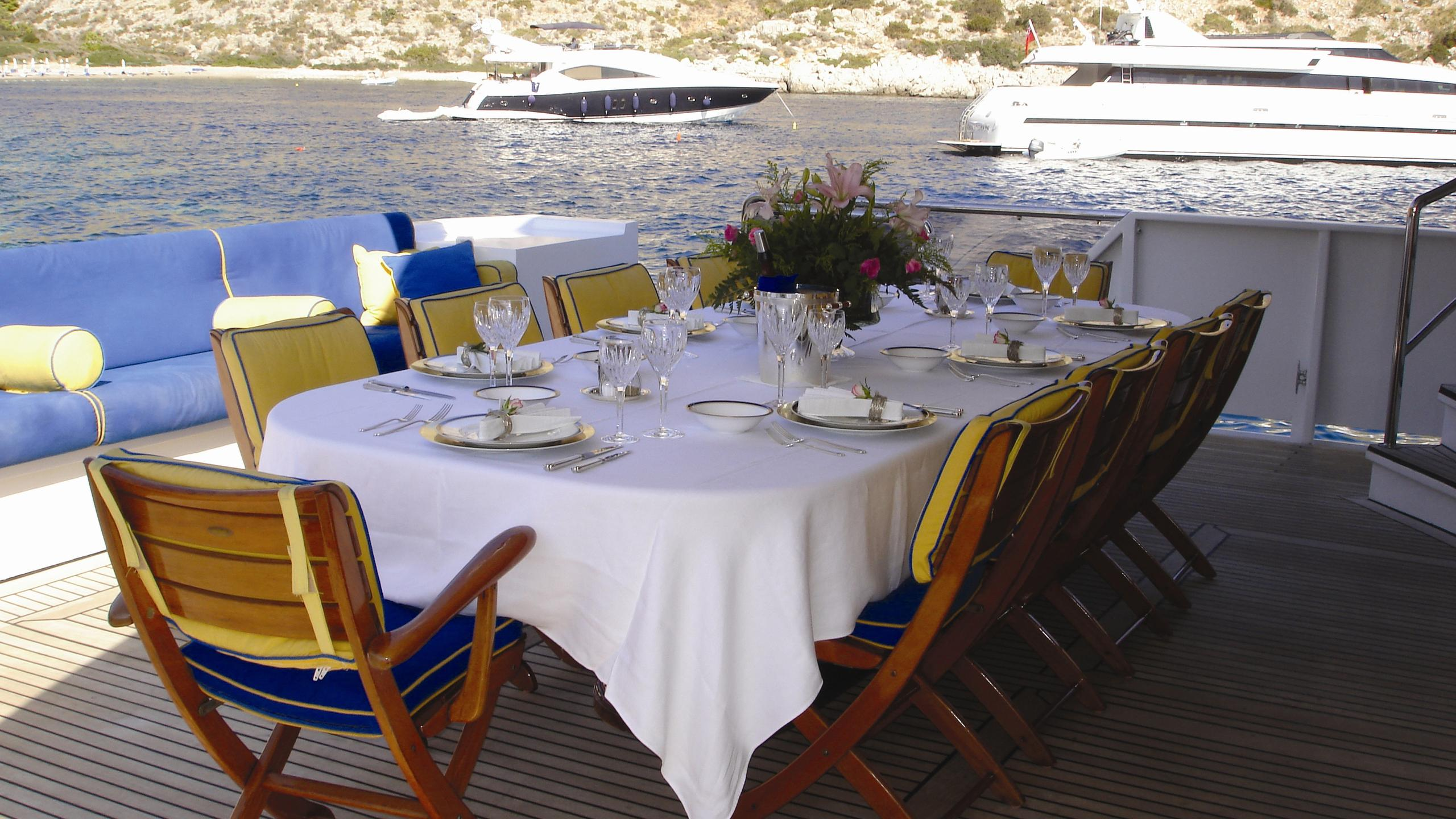 amz-yacht-aft-dining