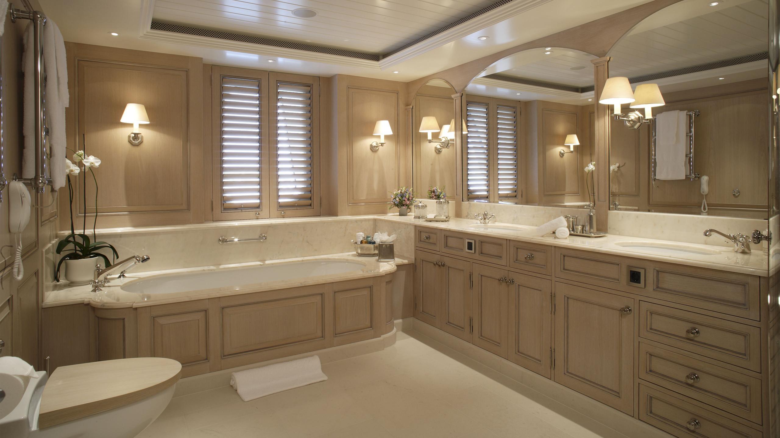 northern-star-yacht-bathroom