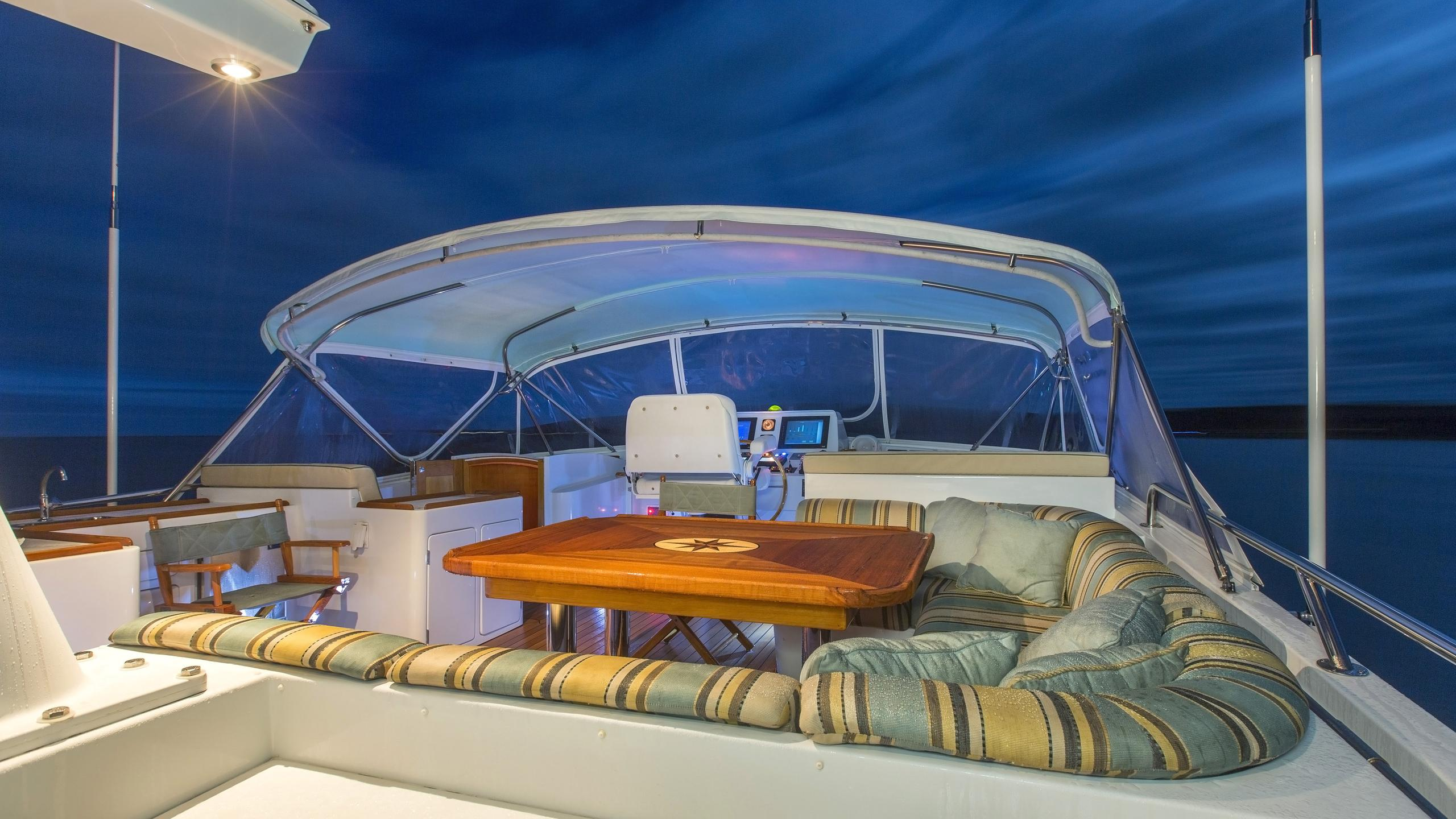 tumblehome-yacht-fly-deck-dining