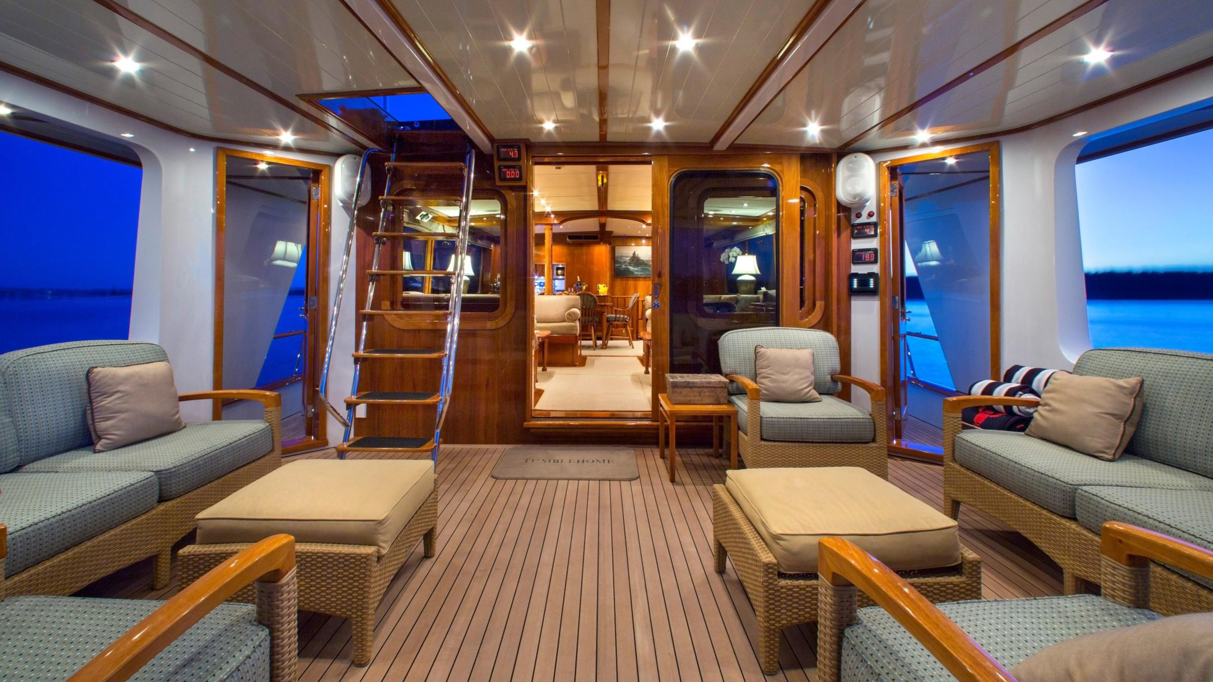 tumblehome-yacht-aft-deck