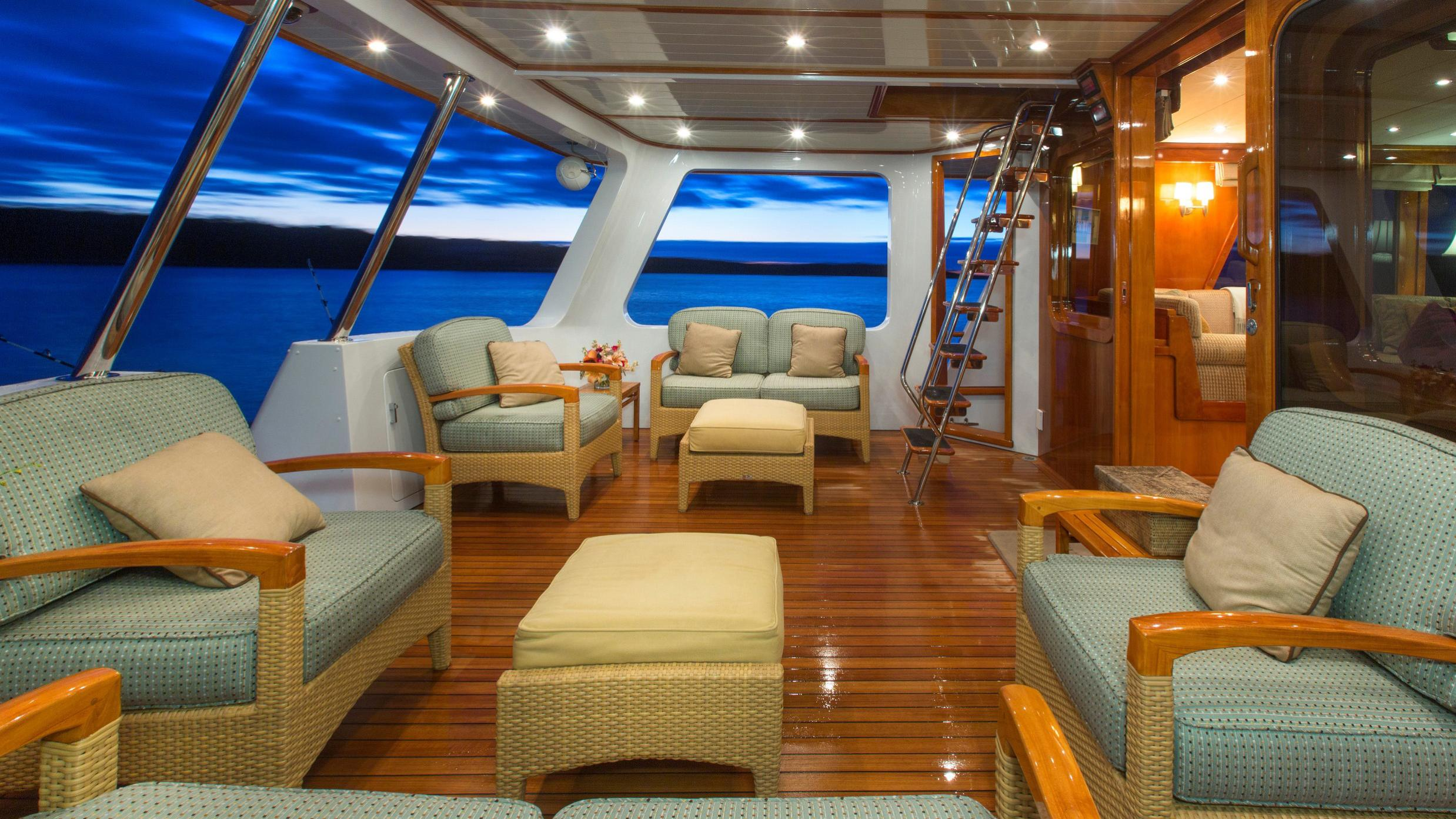 tumblehome-yacht-aft-seat
