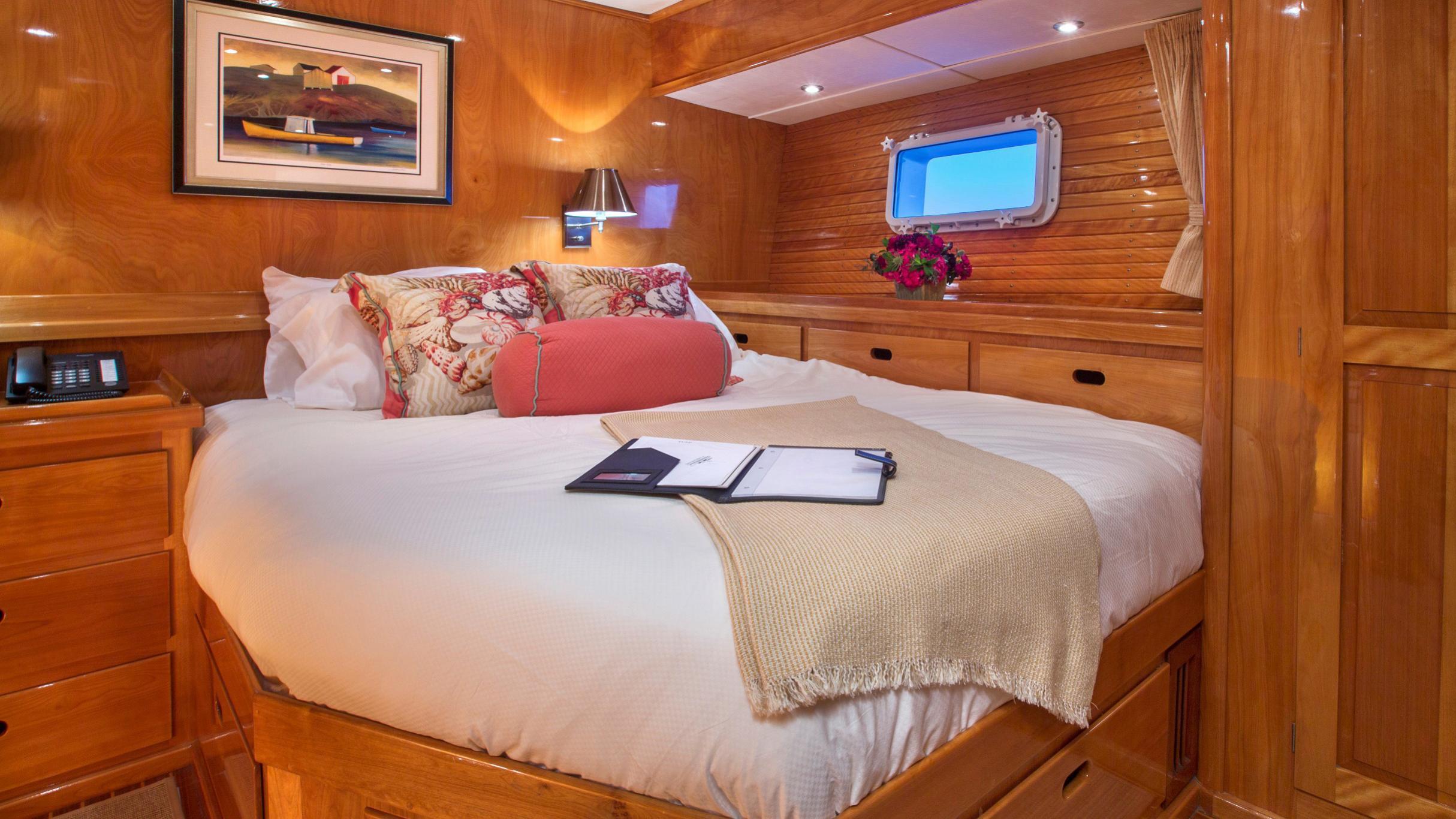 tumblehome-yacht-vip-cabin