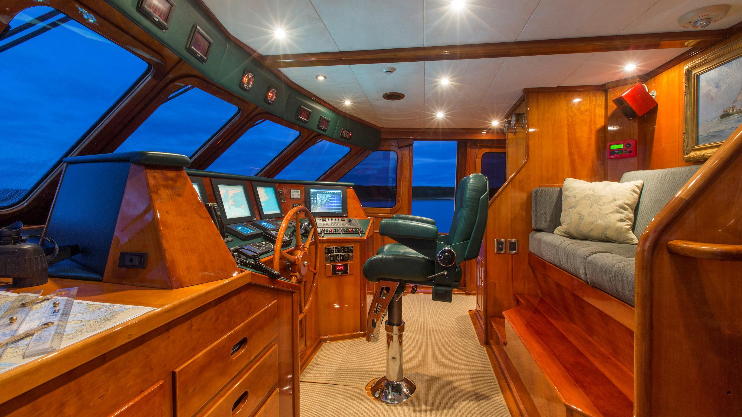 tumblehome-yacht-helm
