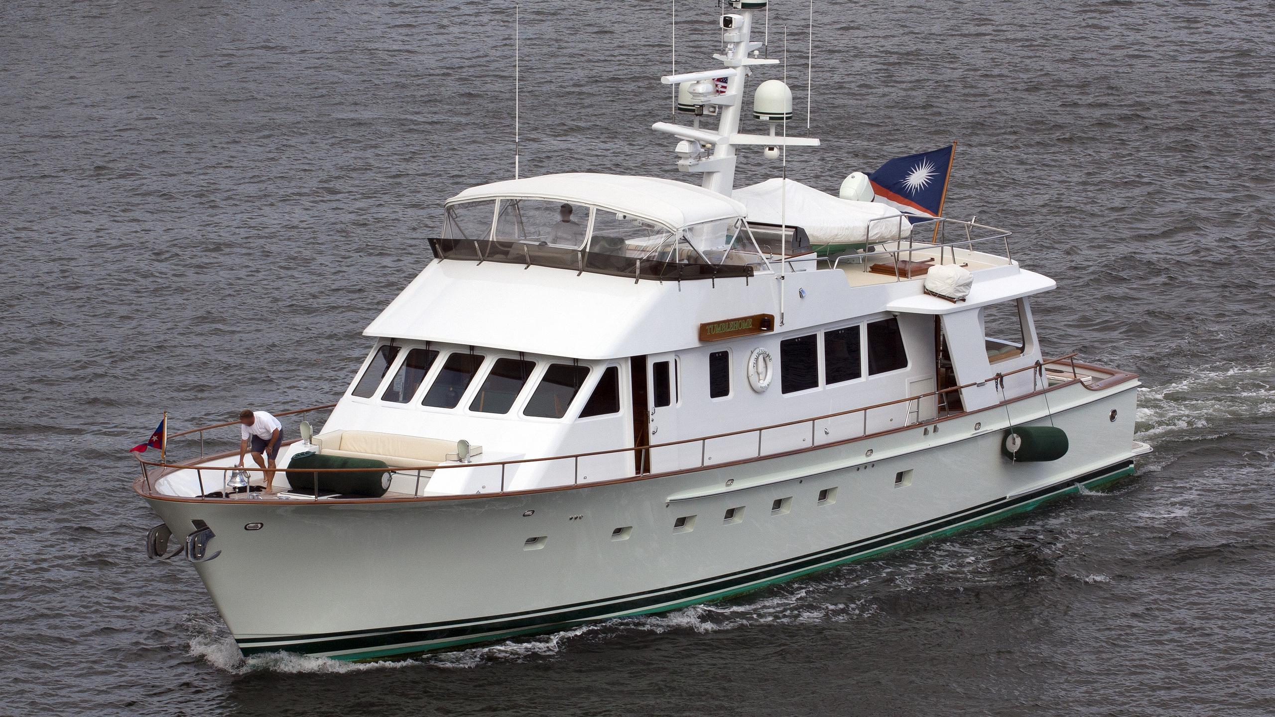 tumblehome-yacht-exterior