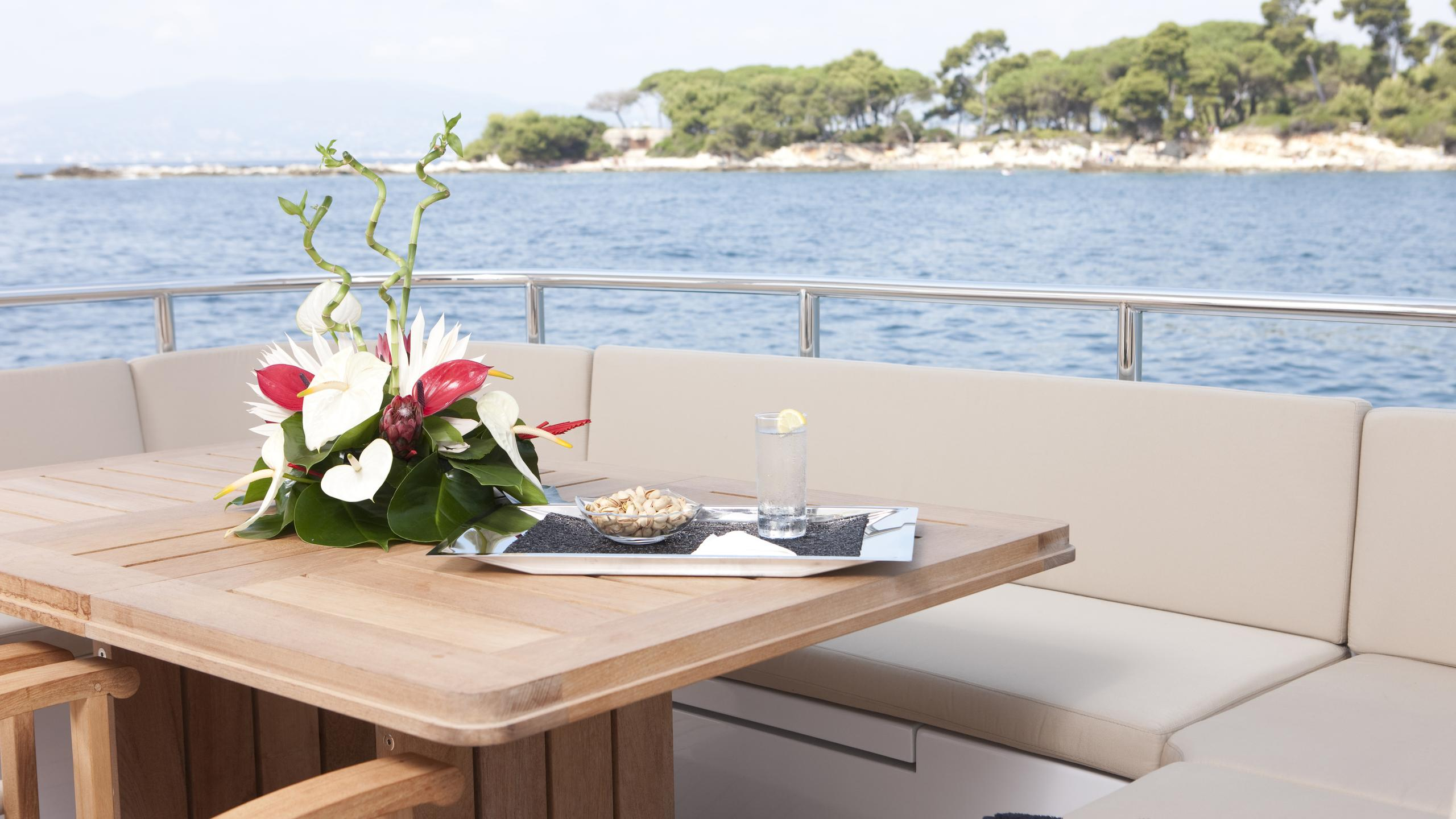 belle-isle-yacht-aft-deck