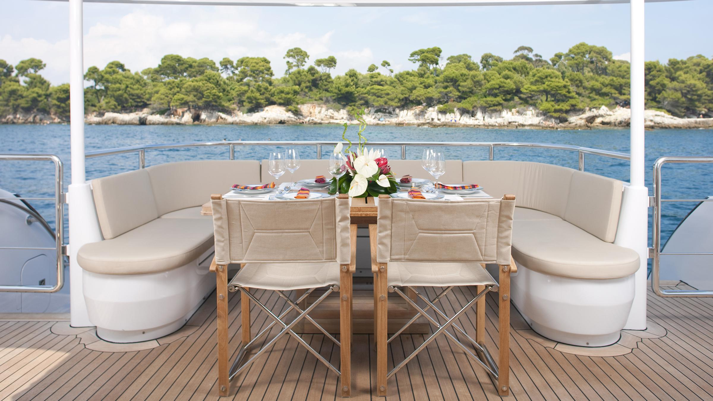 belle-isle-yacht-aft-dining