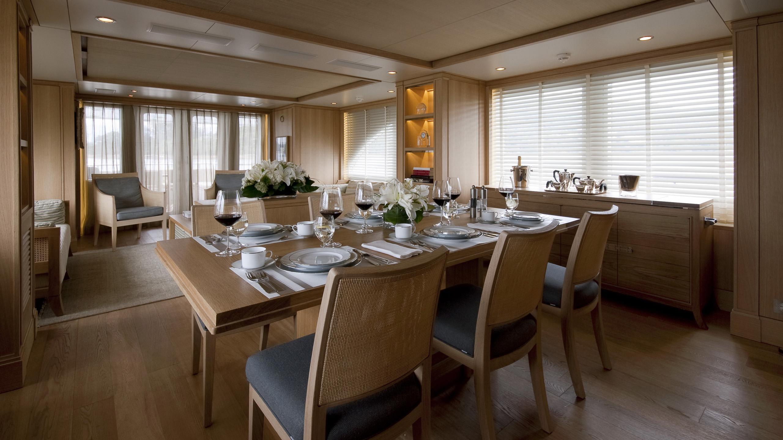 belle-isle-yacht-dining