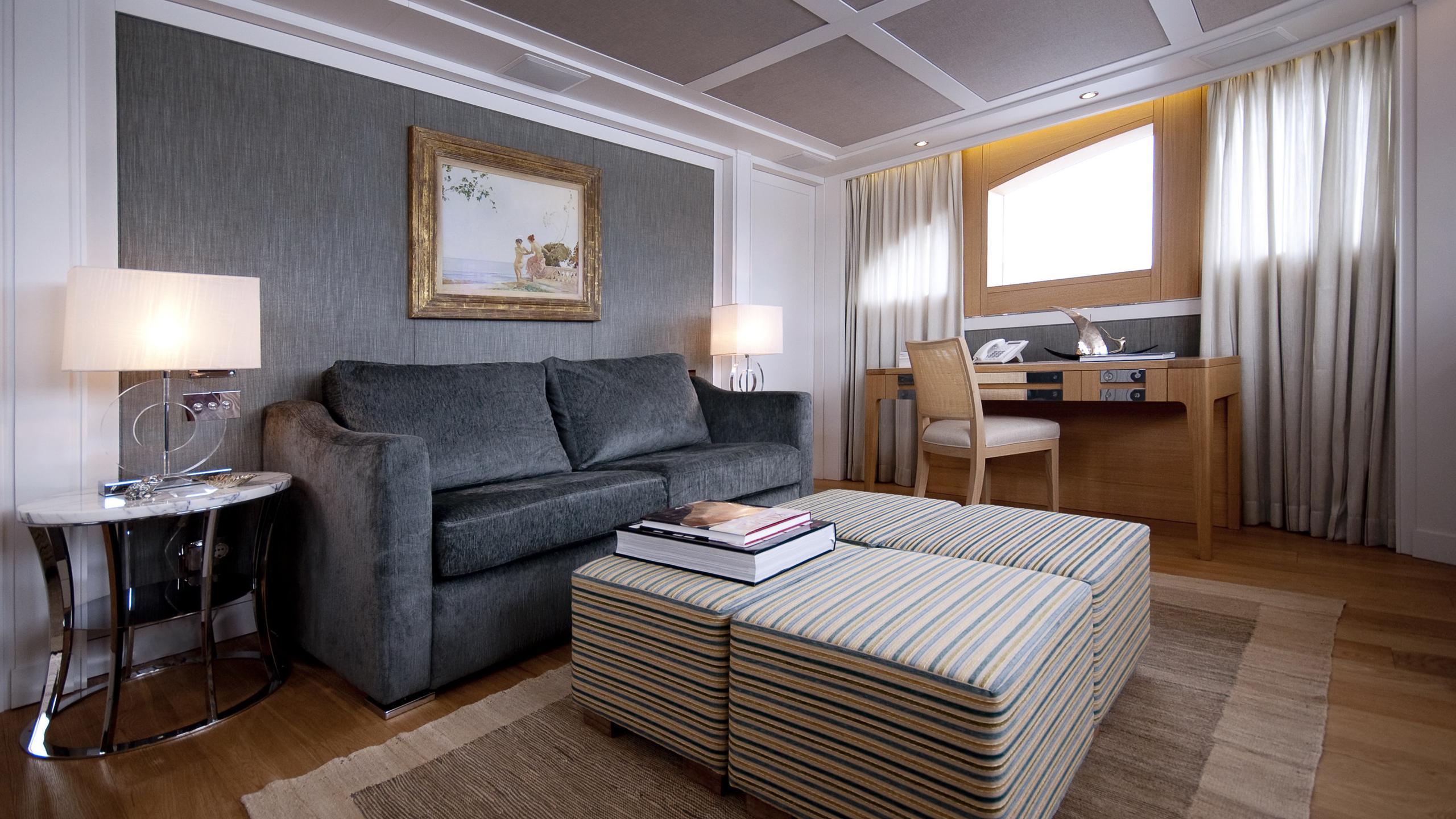 belle-isle-yacht-master-lounge