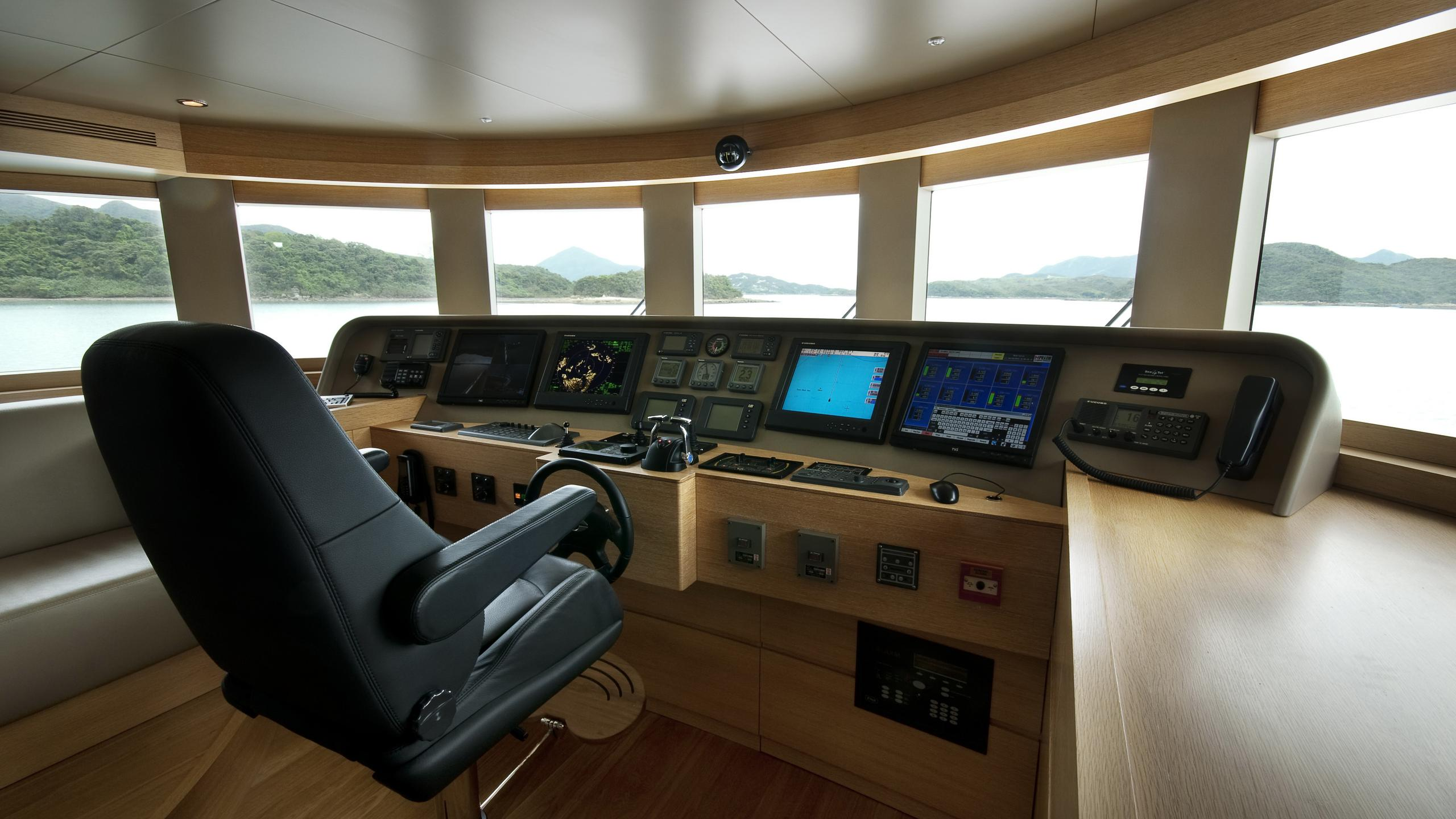 belle-isle-yacht-helm