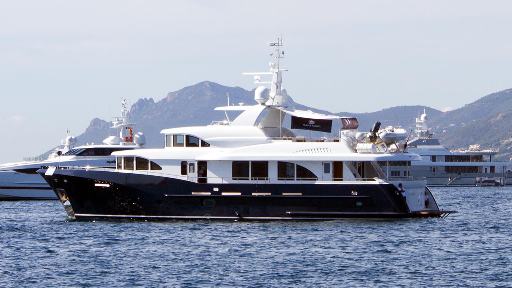 belle-isle-yacht-exterior