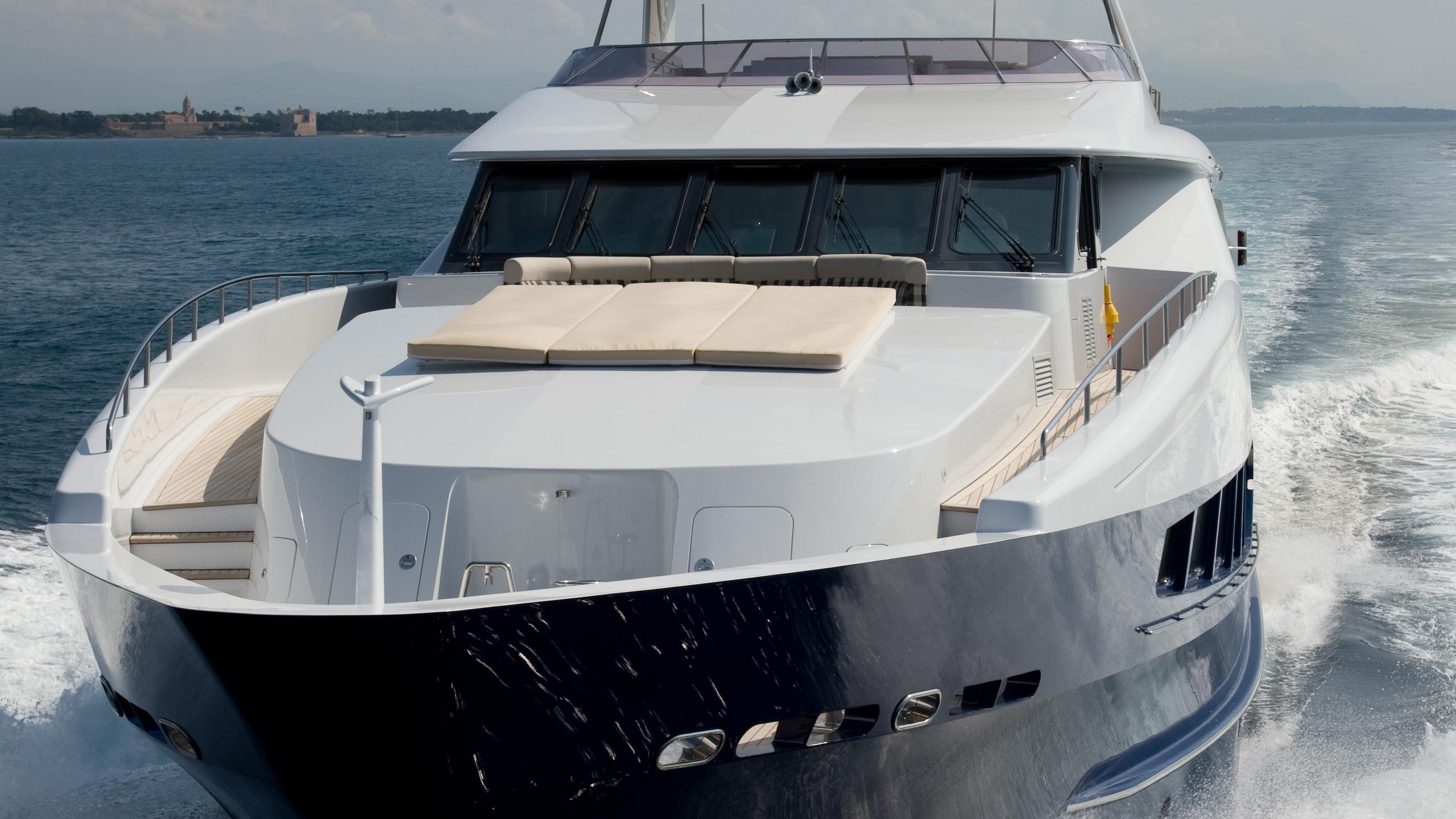 mac-brew-yacht-bow