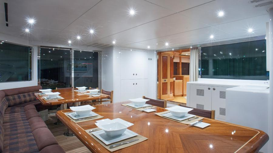 mac-brew-yacht-aft-dining