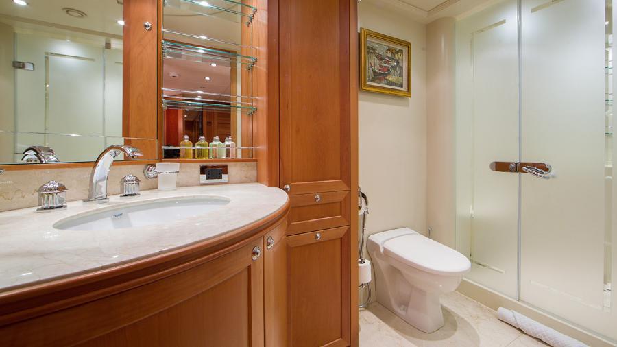 mac-brew-yacht-bathroom