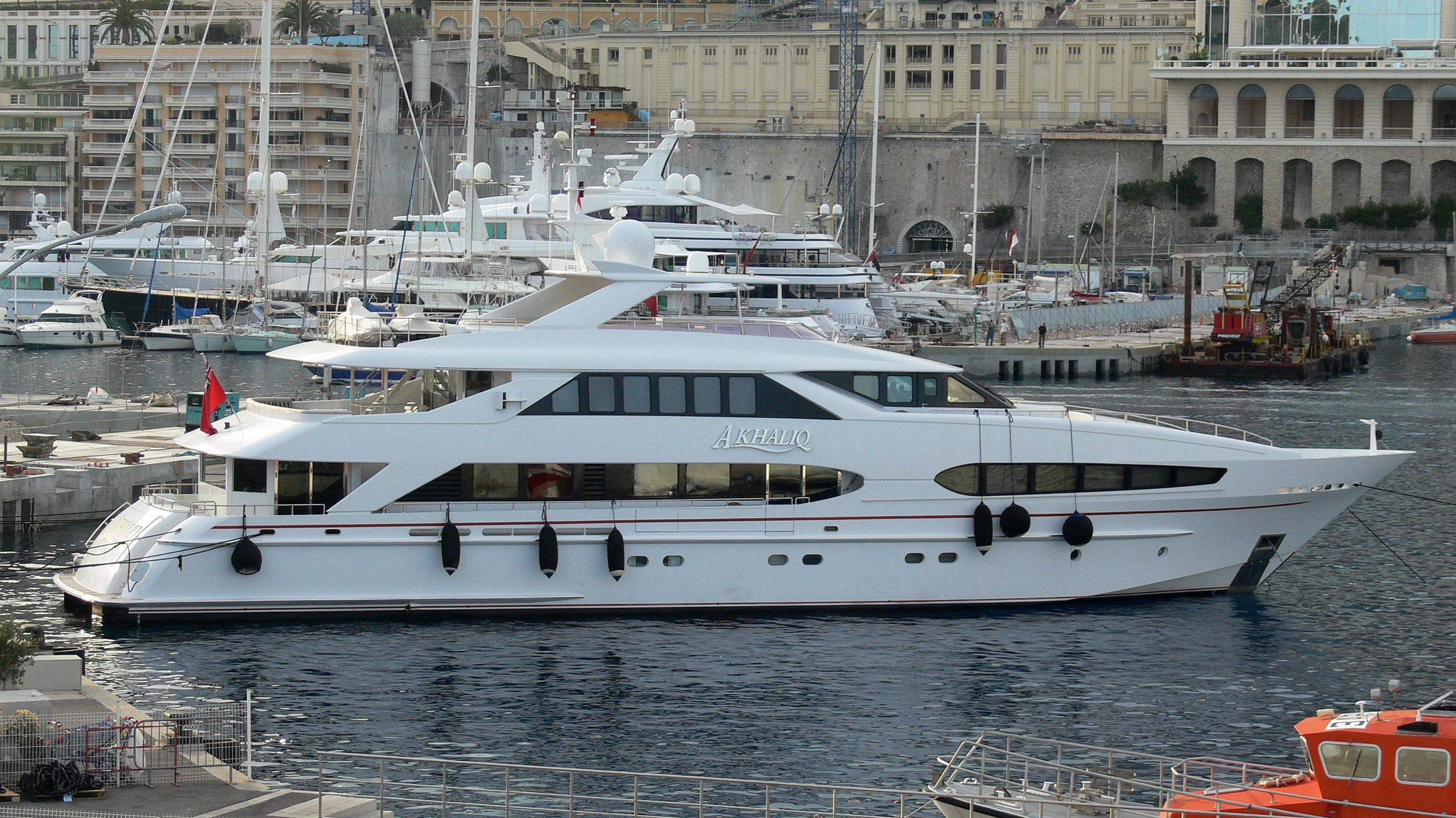 mac-brew-yacht-exterior