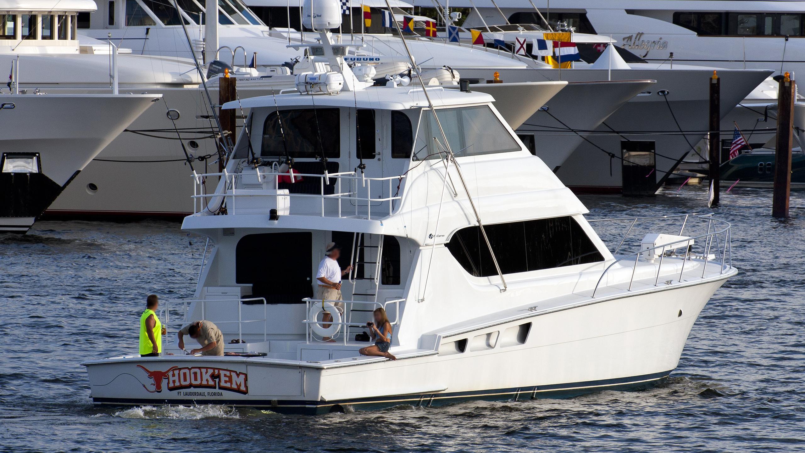 hook-em-yacht-exterior