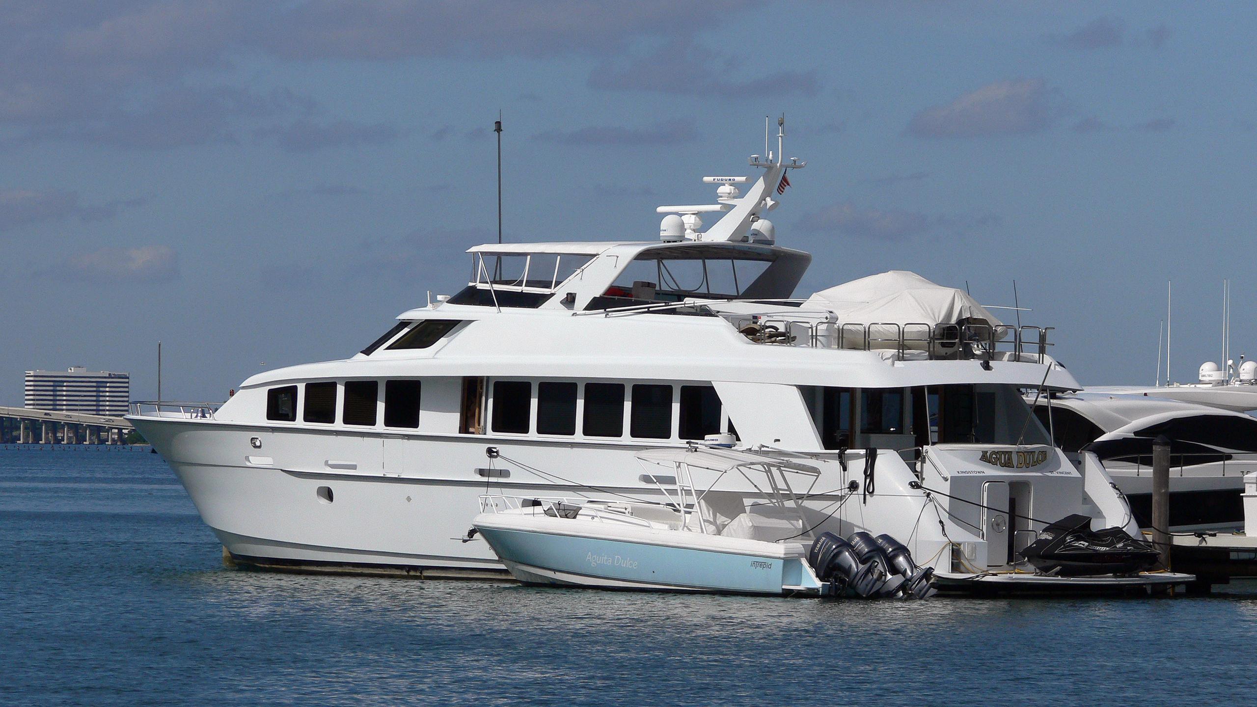 agua-dulce-yacht-exterior