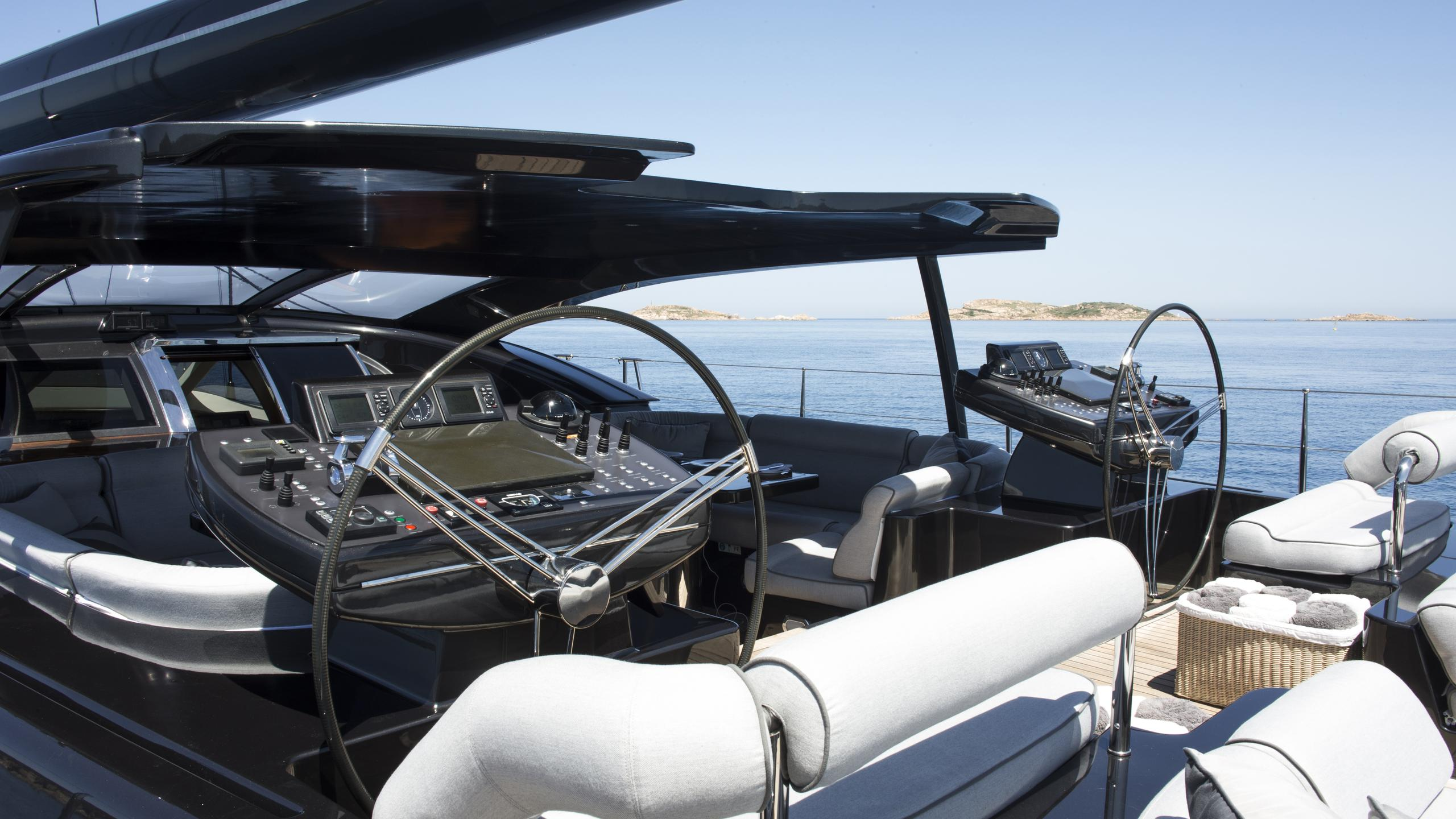 moonbird-yacht-helm