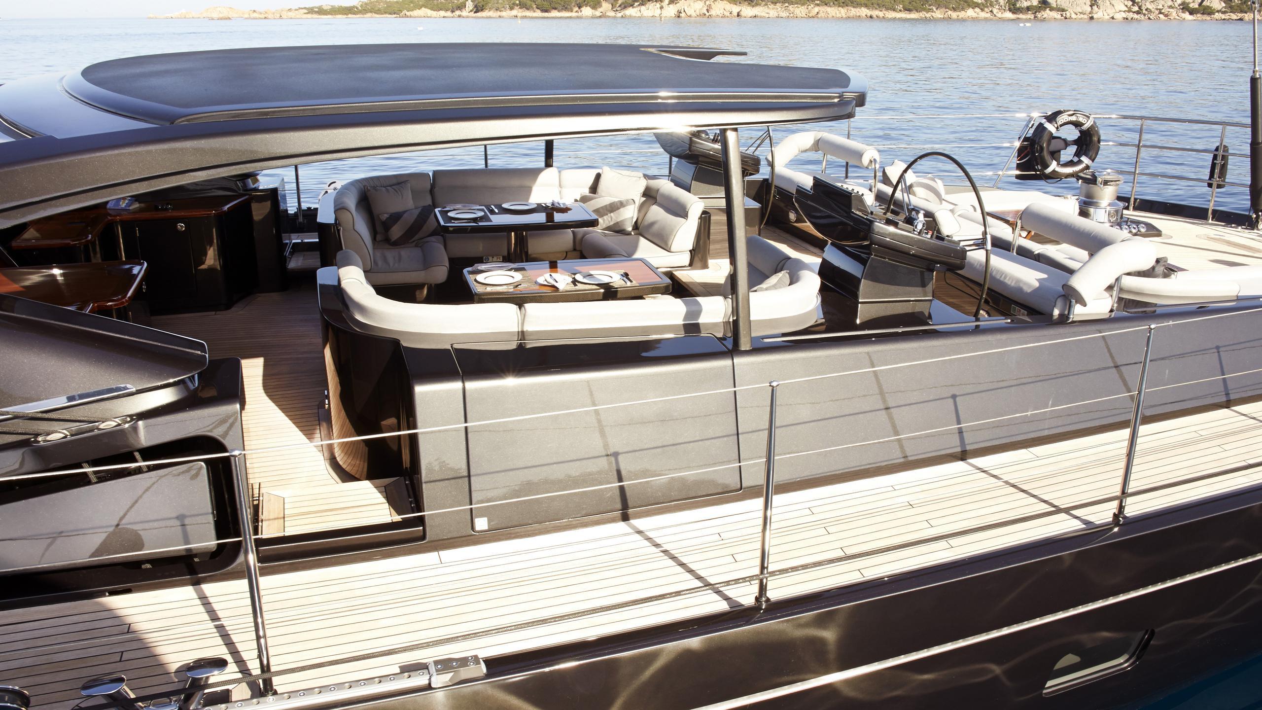 moonbird-yacht-aft-dining