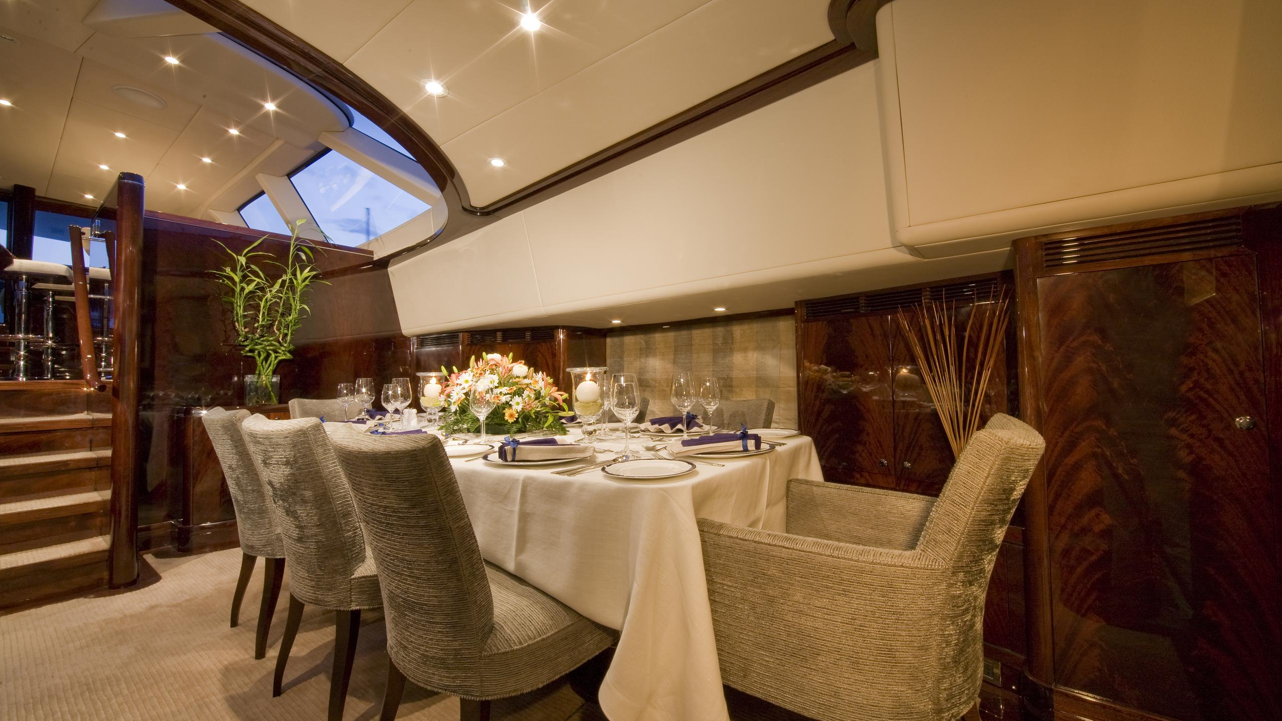 ludynosa-g-yacht-formal-dining
