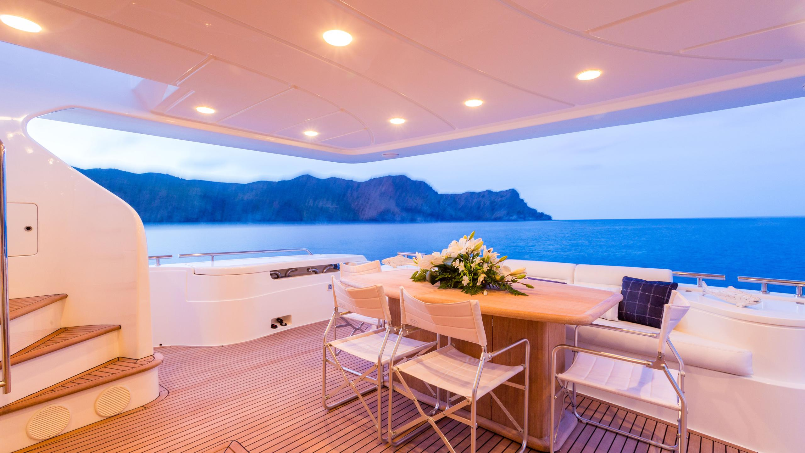 monticello-ii-yacht-aft-dining