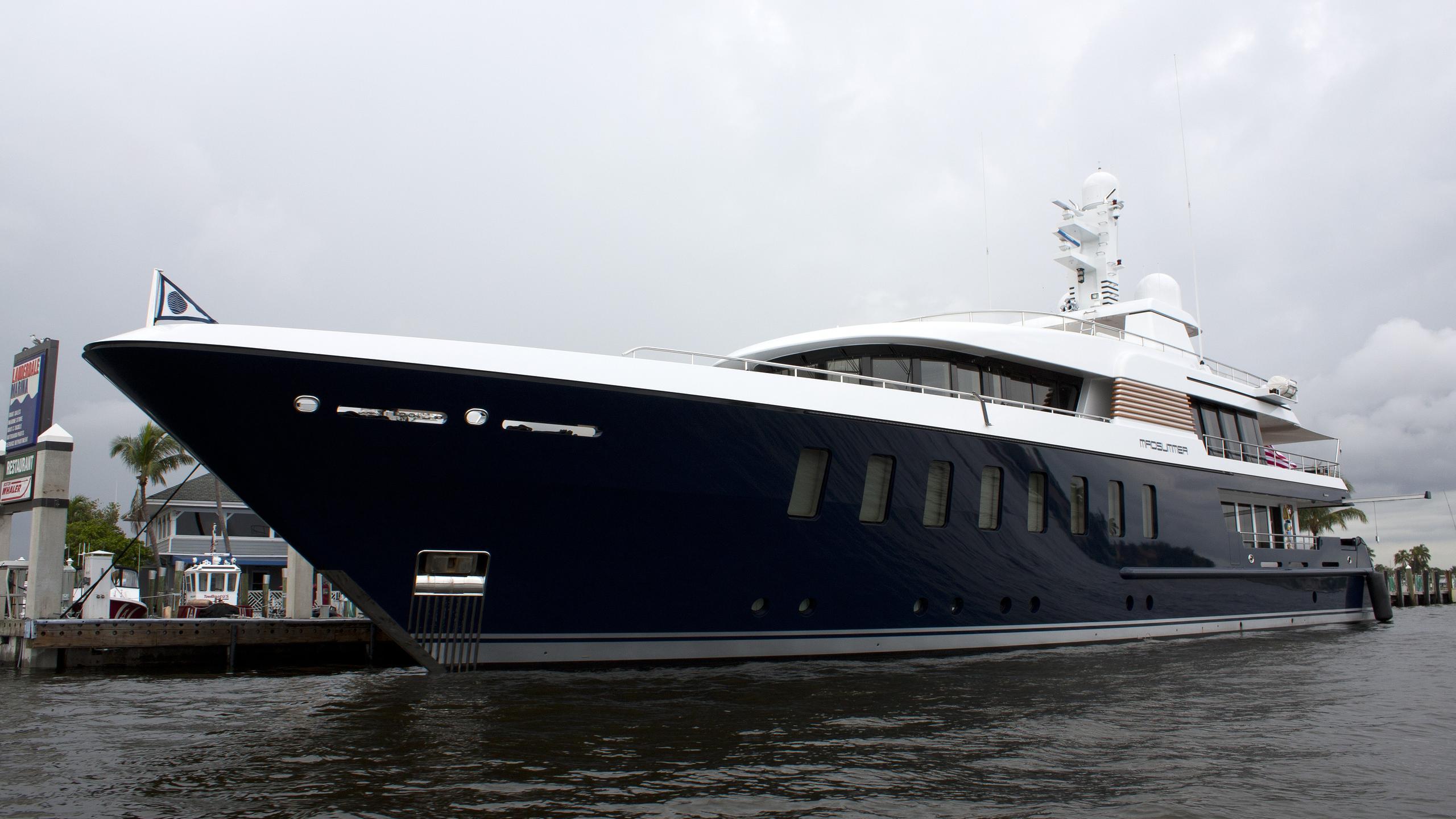 bella-vita-yacht-exterior