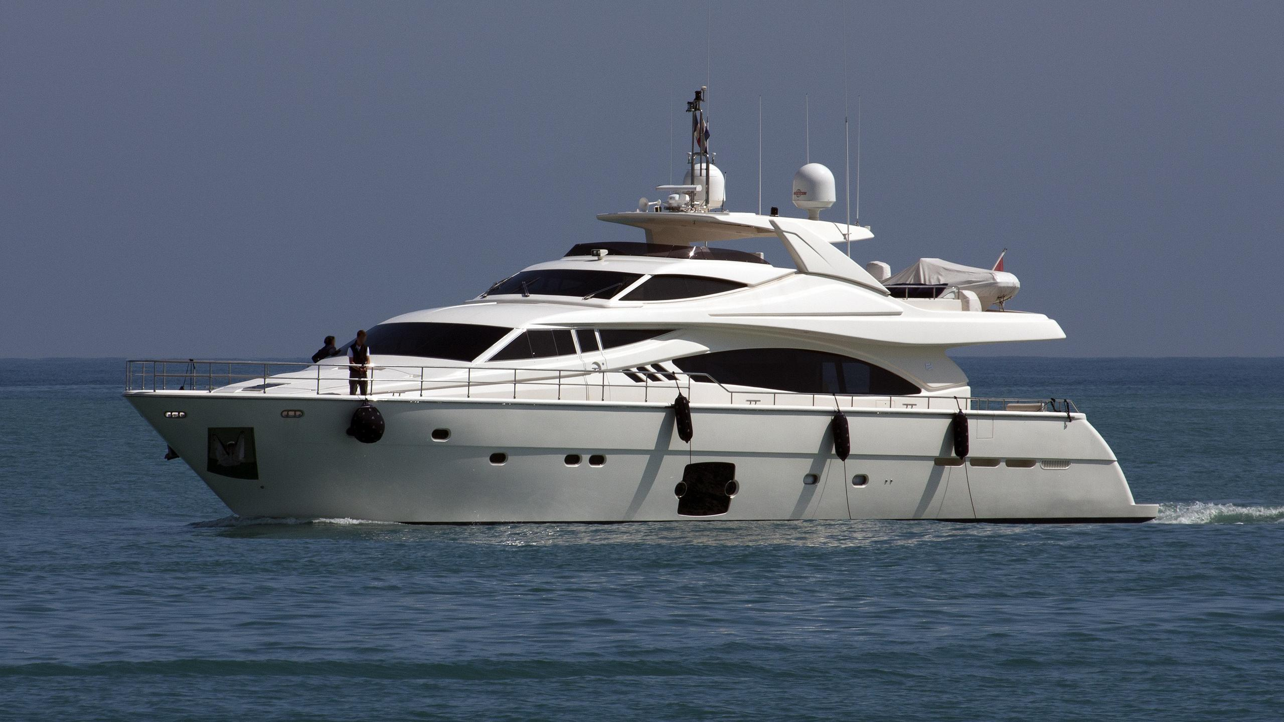 maxi-beer-yacht-exterior